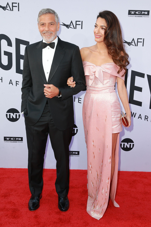 George Clooney y su mujer Amal Clooney, ambos con un look impactante para la gala del Instituto Americano de Cine, que se llevó a cabo en honor al actor