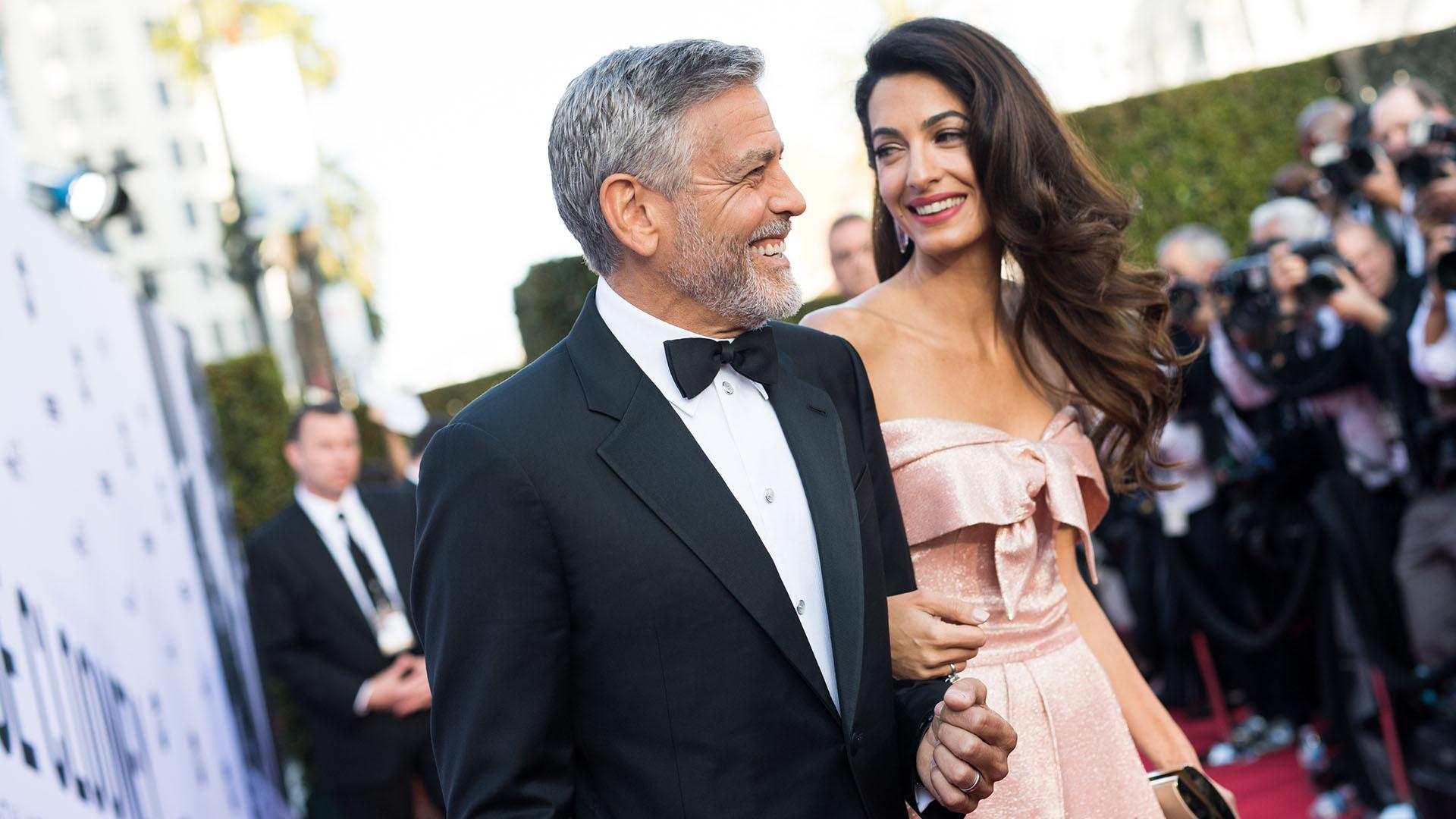 A los 57 años, George Clooney se encuentra en una etapa de plenitud, tanto en lo personal como en lo profesional. Acompañado por su esposa, Amal Clooney, recibió el premio honorario del American Film Institute (AFI)