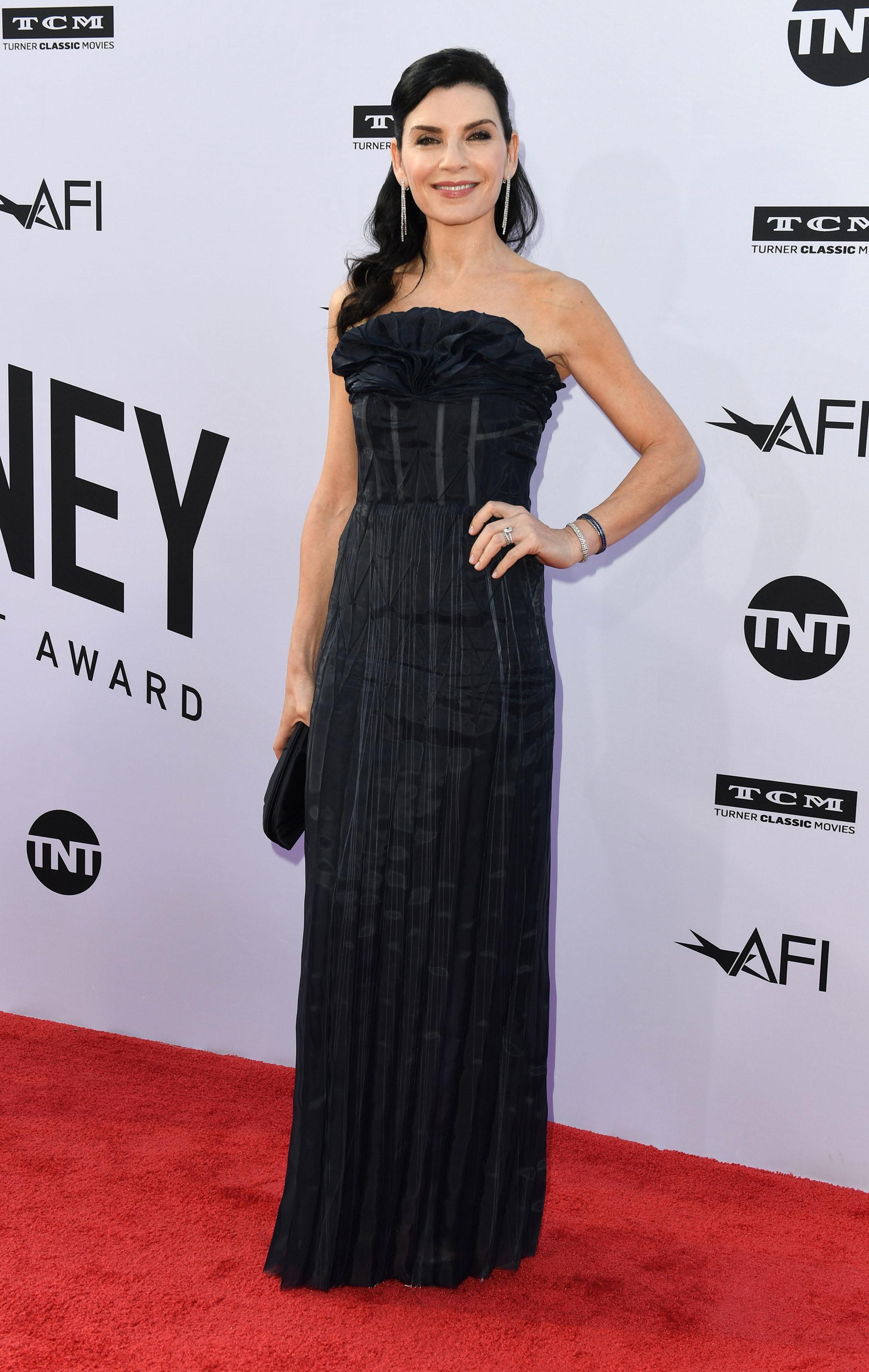 Julianna Margulies con un vestido strapless y plisado