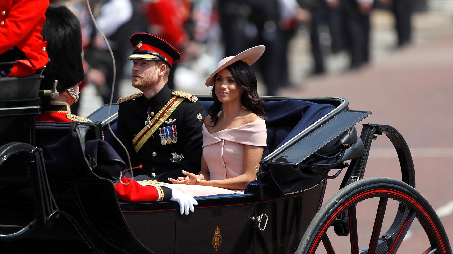 La ceremonia del Trooping the Colour fue su primera aparición con toda la familia real desde el balcón de Buckingham. Para ello optó por un vestido por la rodilla en color rosa empolvado diseñado por Carolina Herrera, con escote barco y botones laterales