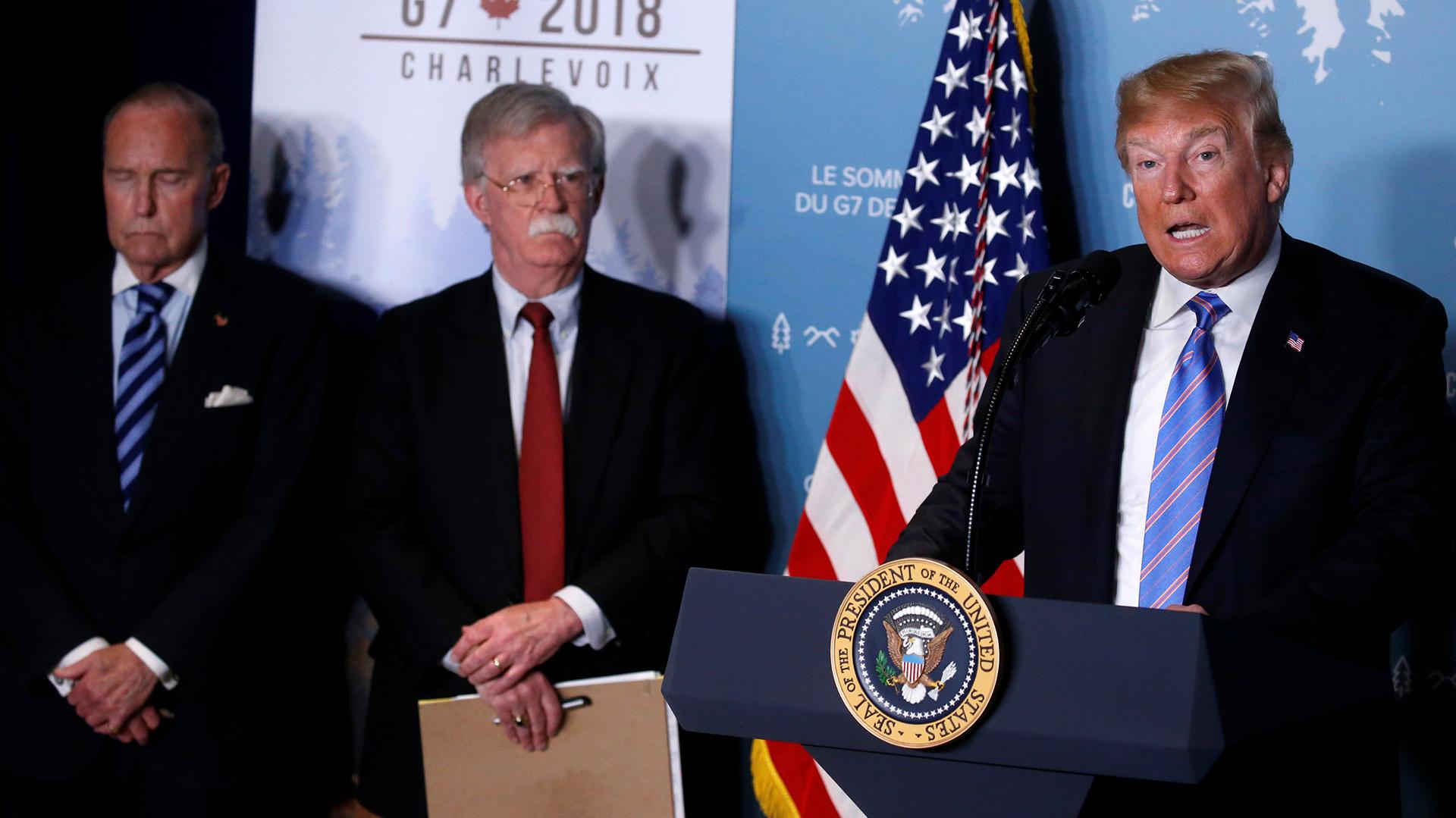 Jonh Bolton, asesor de Seguridad Nacional e impulsor de la línea dura contra Irán, mira al presidente Donald Trump durante una conferencia de prensa en Canadá (Reuters)