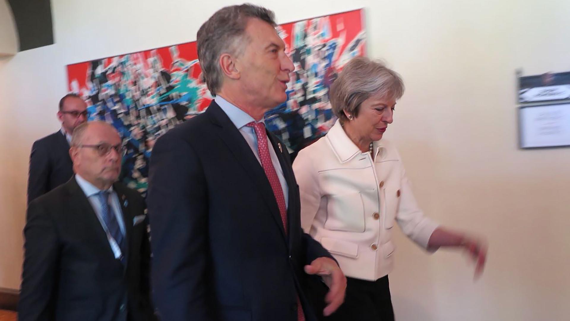 Macri y Theresa May en el último encuentro del G-7 en Canadá