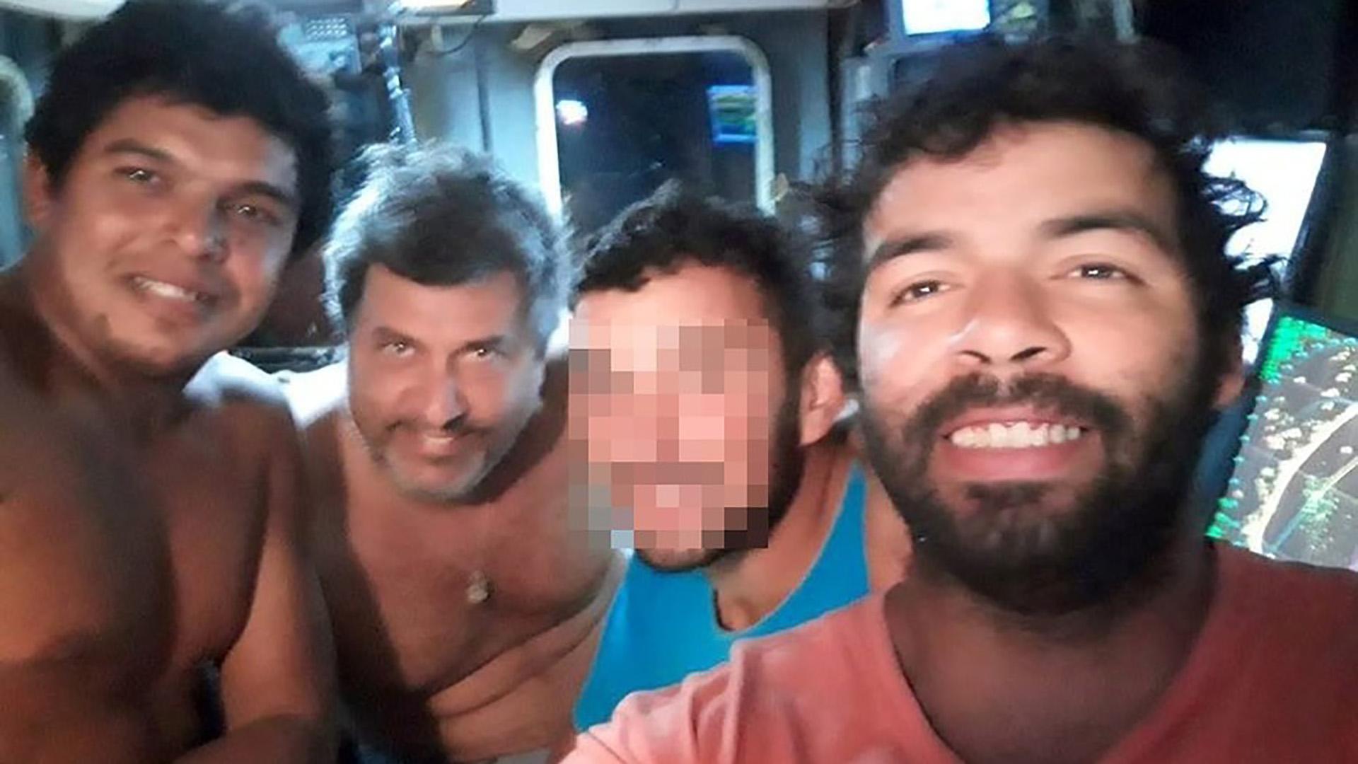 El marinero Rodrigo Blanco, el capitán Salvador Taliercio, otro hombre, y Luciano Mieres. La foto fue publicada en Facebook.