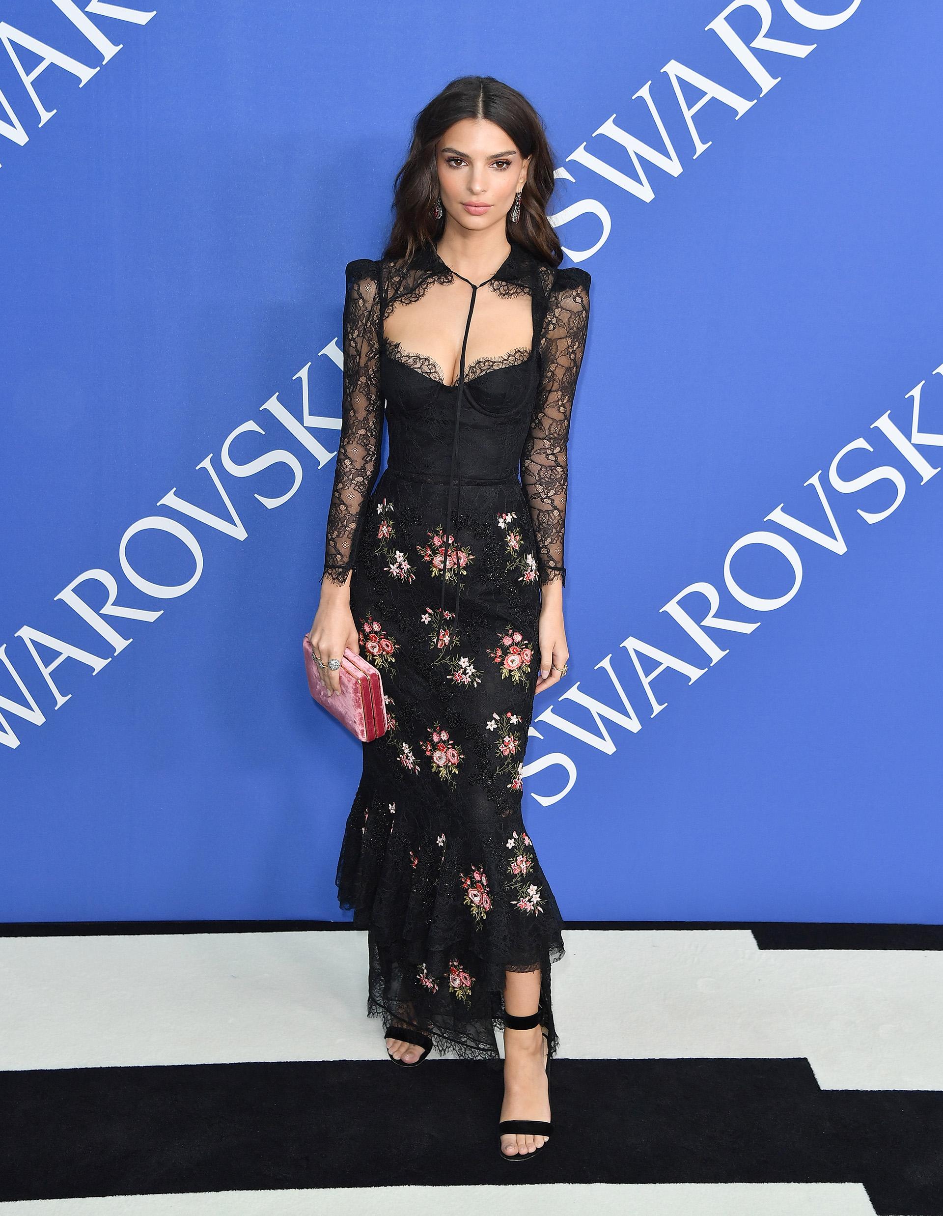 Emily Ratajkowski con uno de los looks más sensuales de la noche