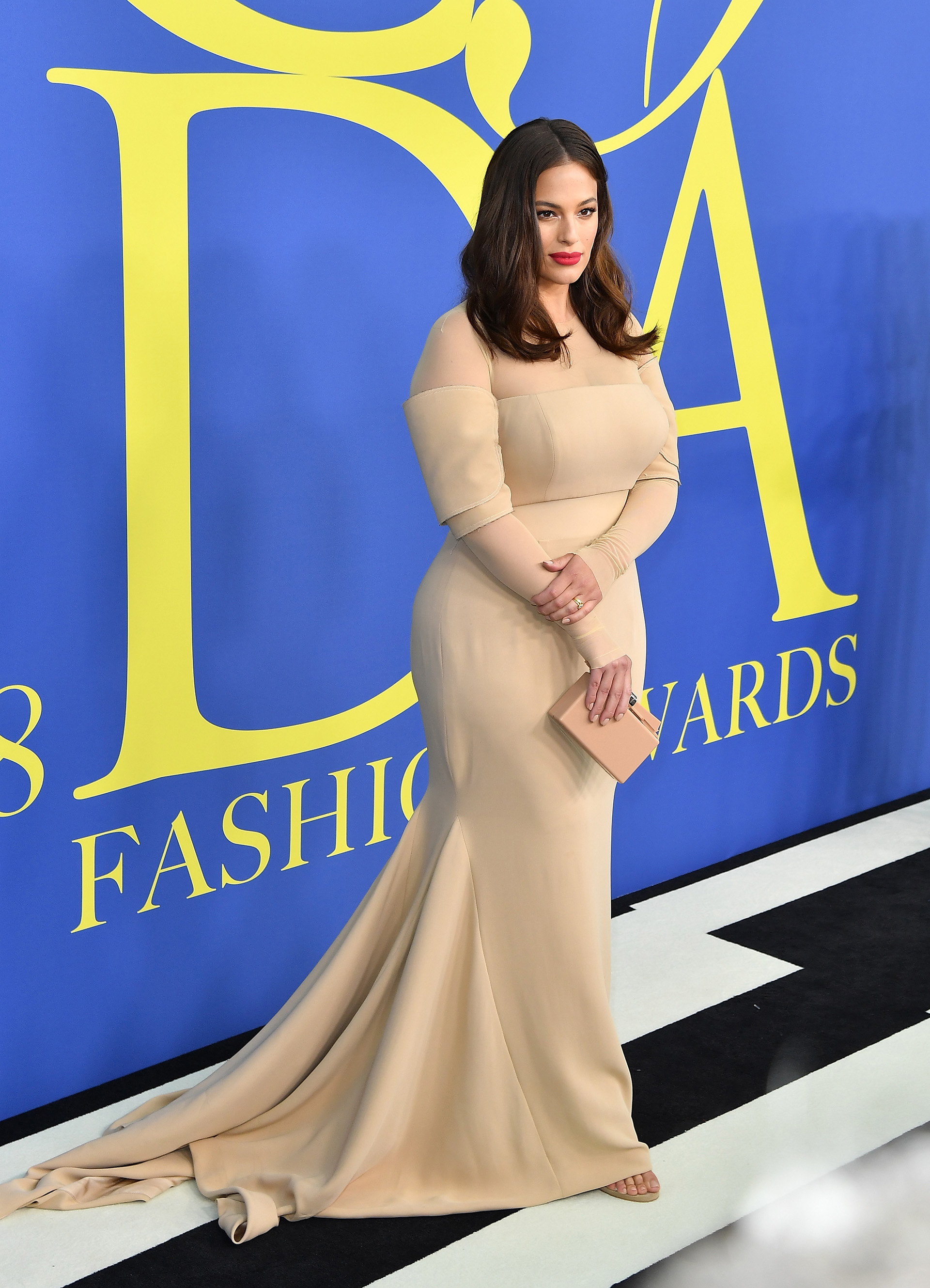 "Ashley Graham y un fabuloso vestido de gala color ""nude"""