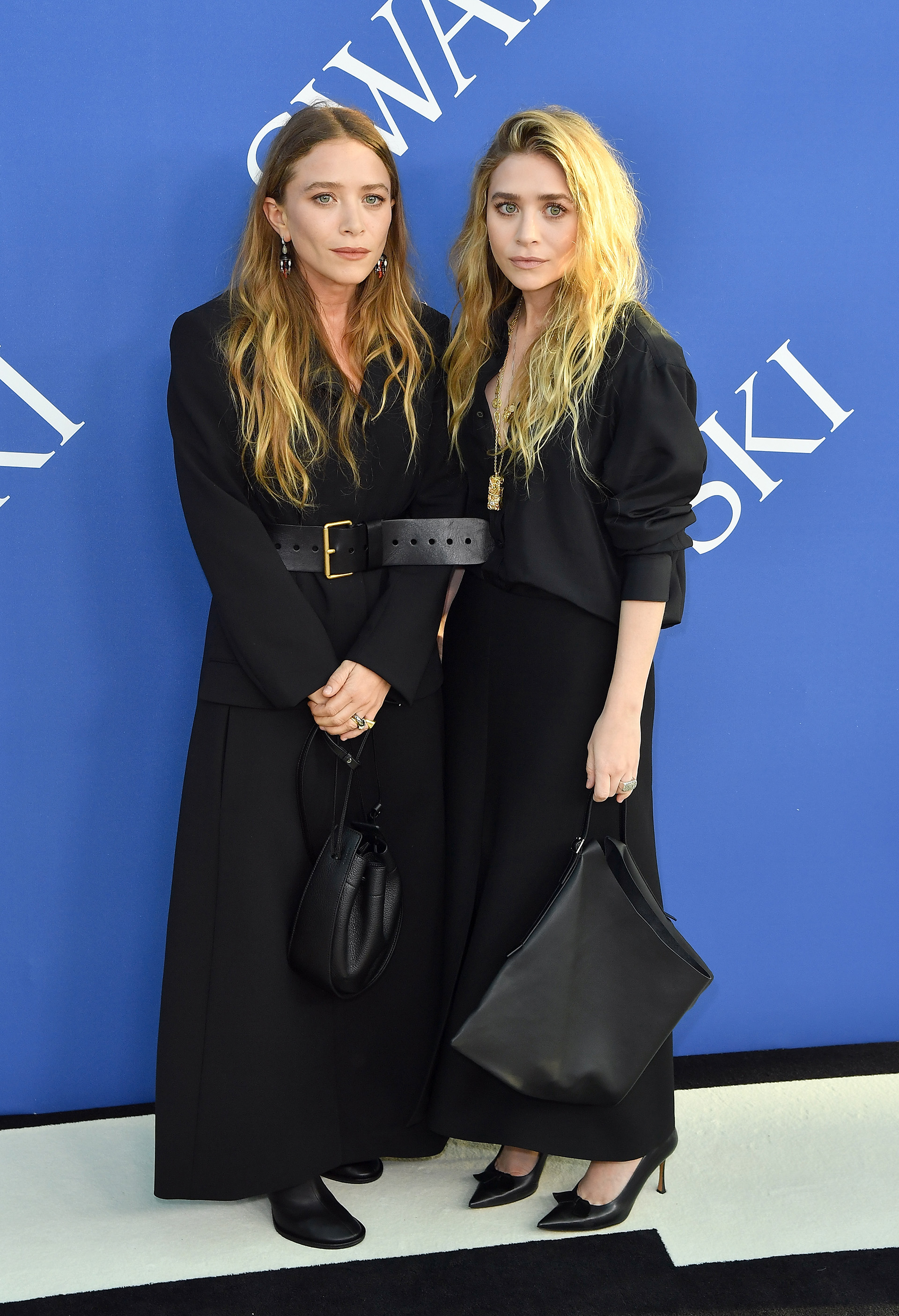 Mary-Kate Olsen y Ashley Olsen en un look total black /// Fotos: AFP