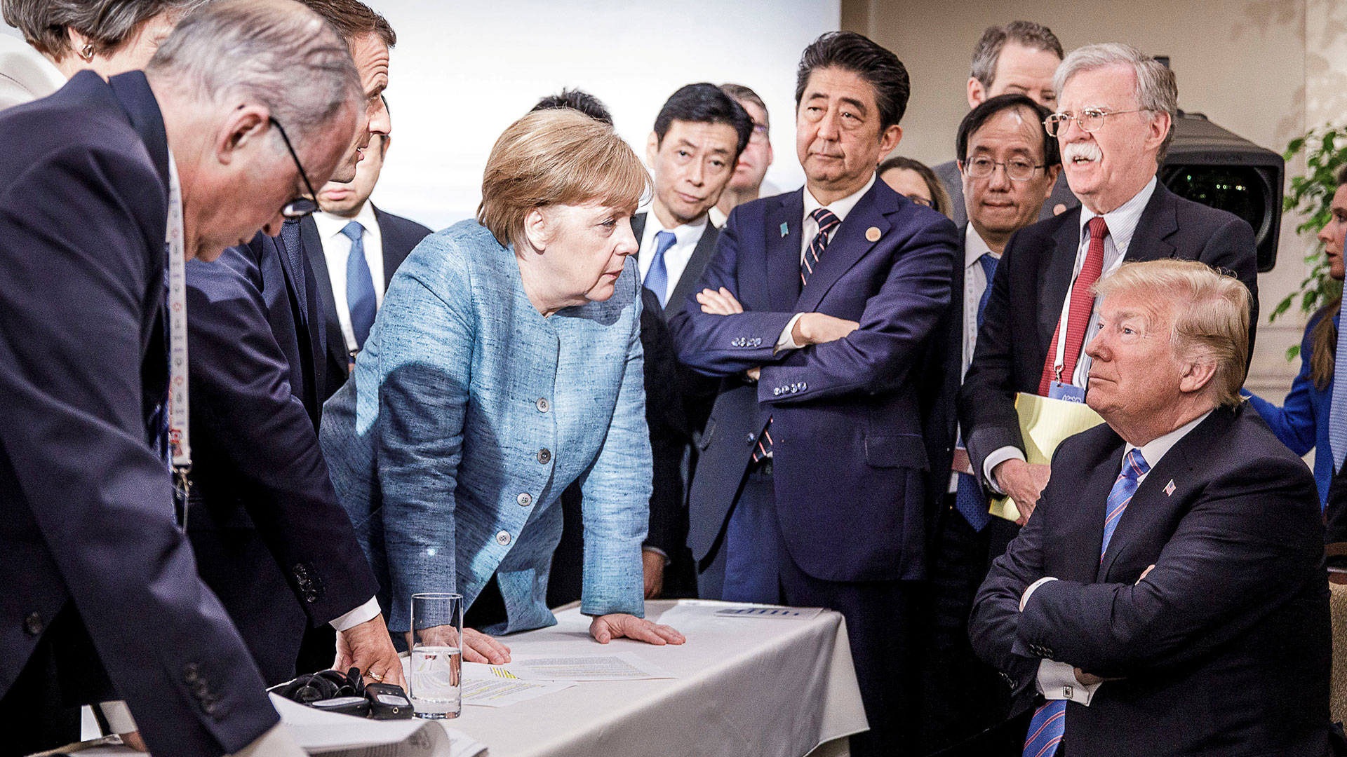 Donald Trump, en el centro de una traumática reunión con Angela Merkel, Emmanuel Macron, Shinzo Abe y el resto de los líderes del G7 durante la fallida cumbre de Quebec, el 8 de junio (Archivo)
