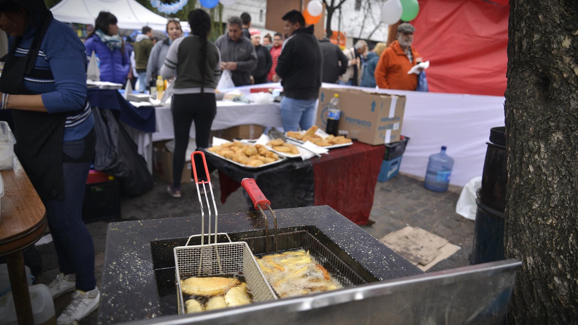 Empanadas y papas fritas en uno de los puestos de comida