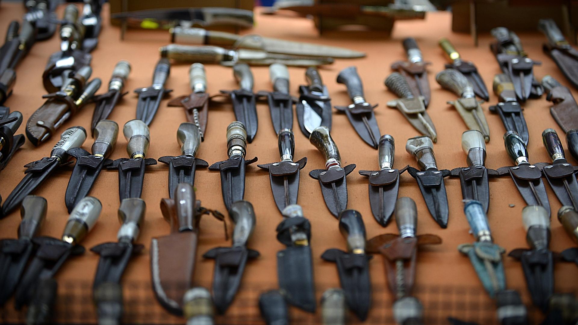Un stand con diferentes clases y tamaños de cuchillos