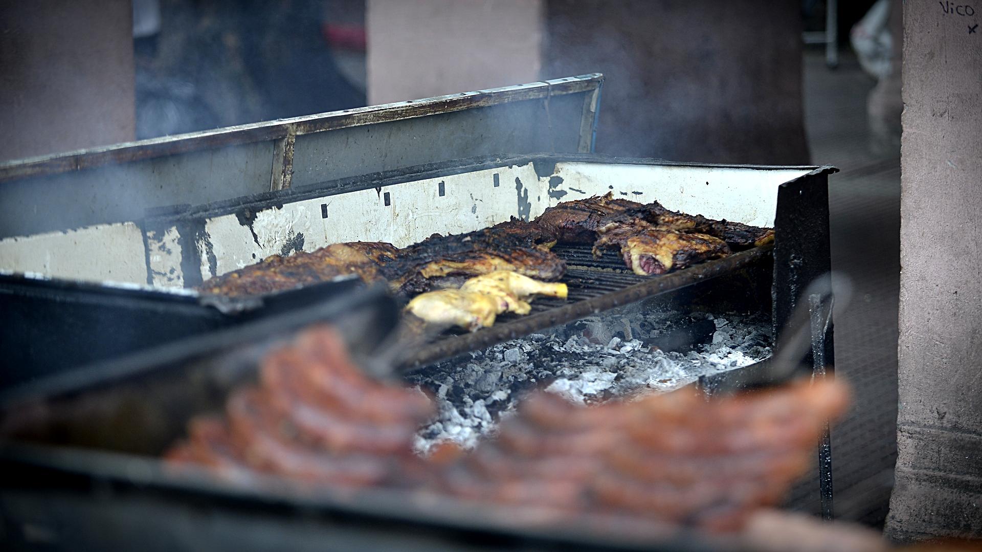 Asado, pollo y choripanes para vender. Una de las comidas que más atrajeron a los visitantes