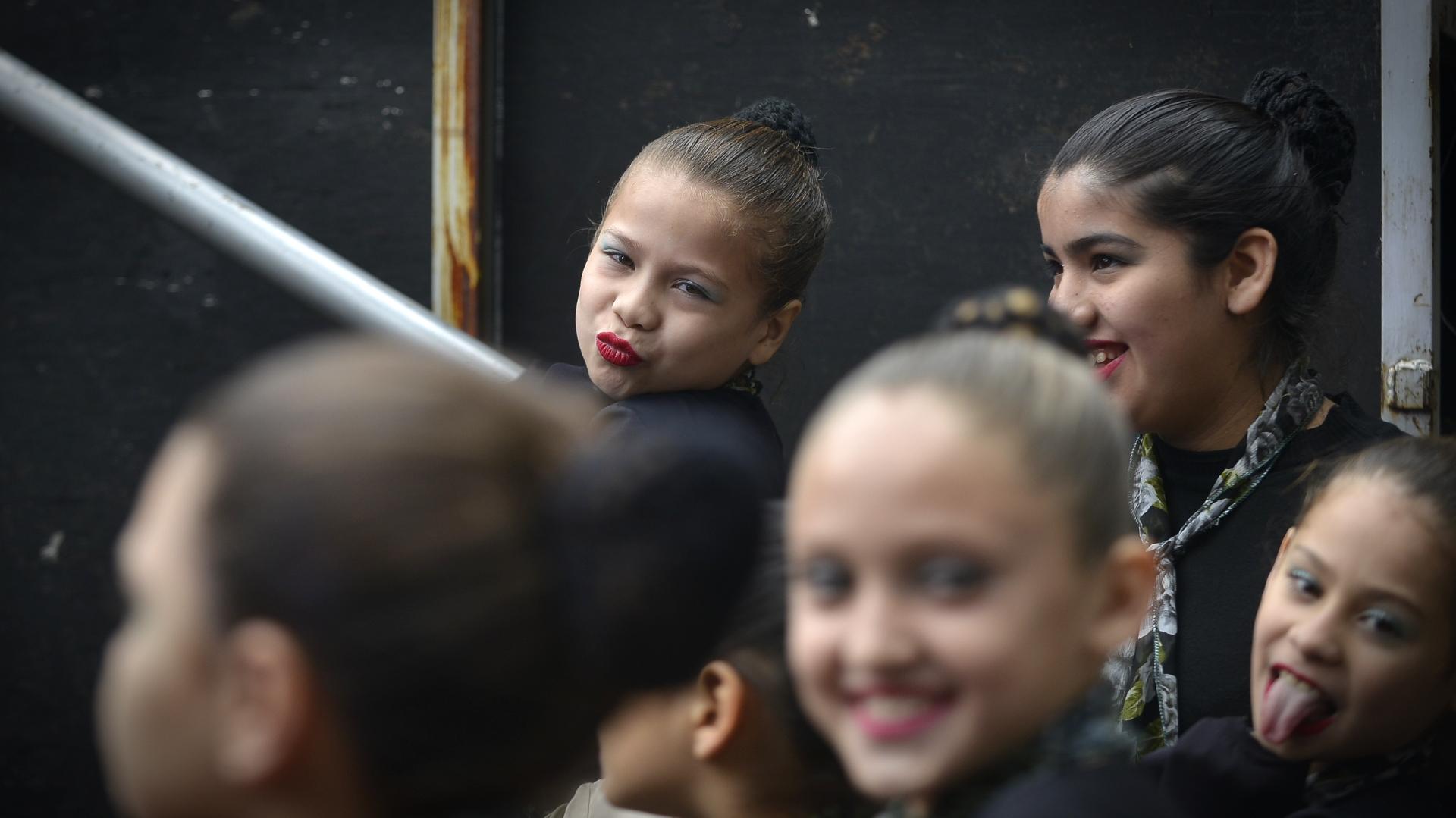 Chicas de uno de los grupos de danza en previo a su presentación en el escenario