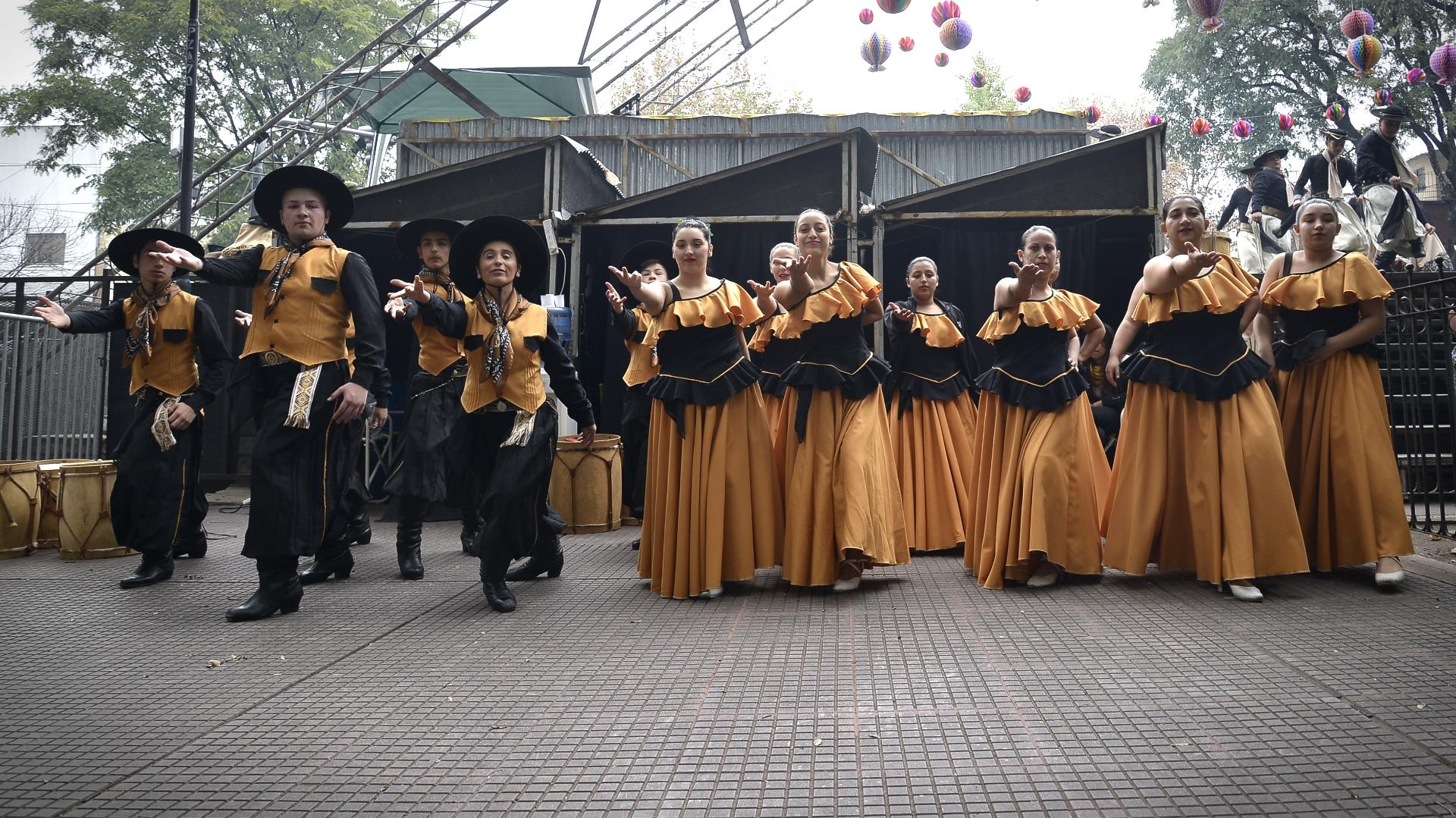 Uno de los grupos de folclore posando para la foto