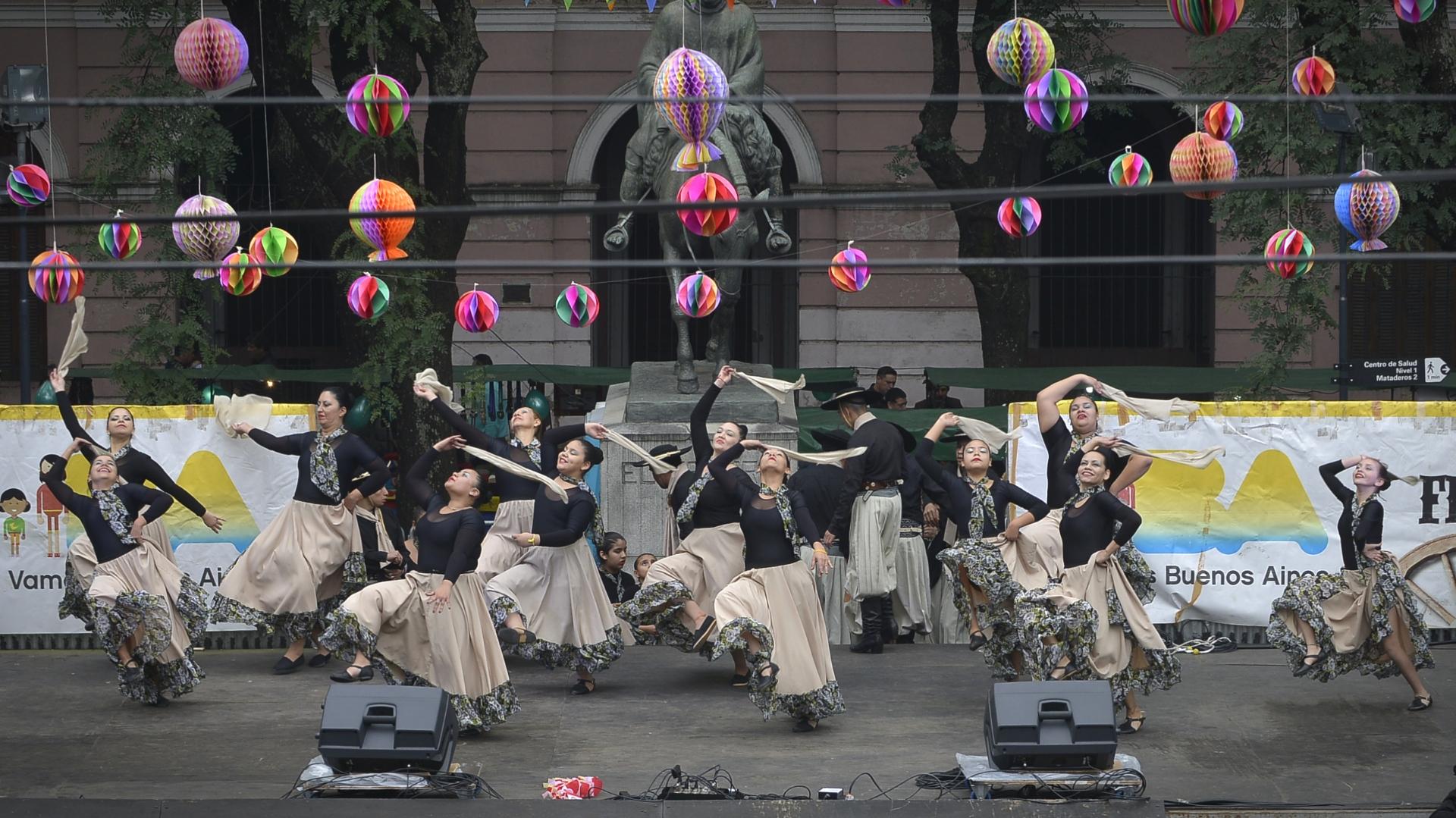 Las danzas folclóricas suelen ser parte de la feria durante todo el año