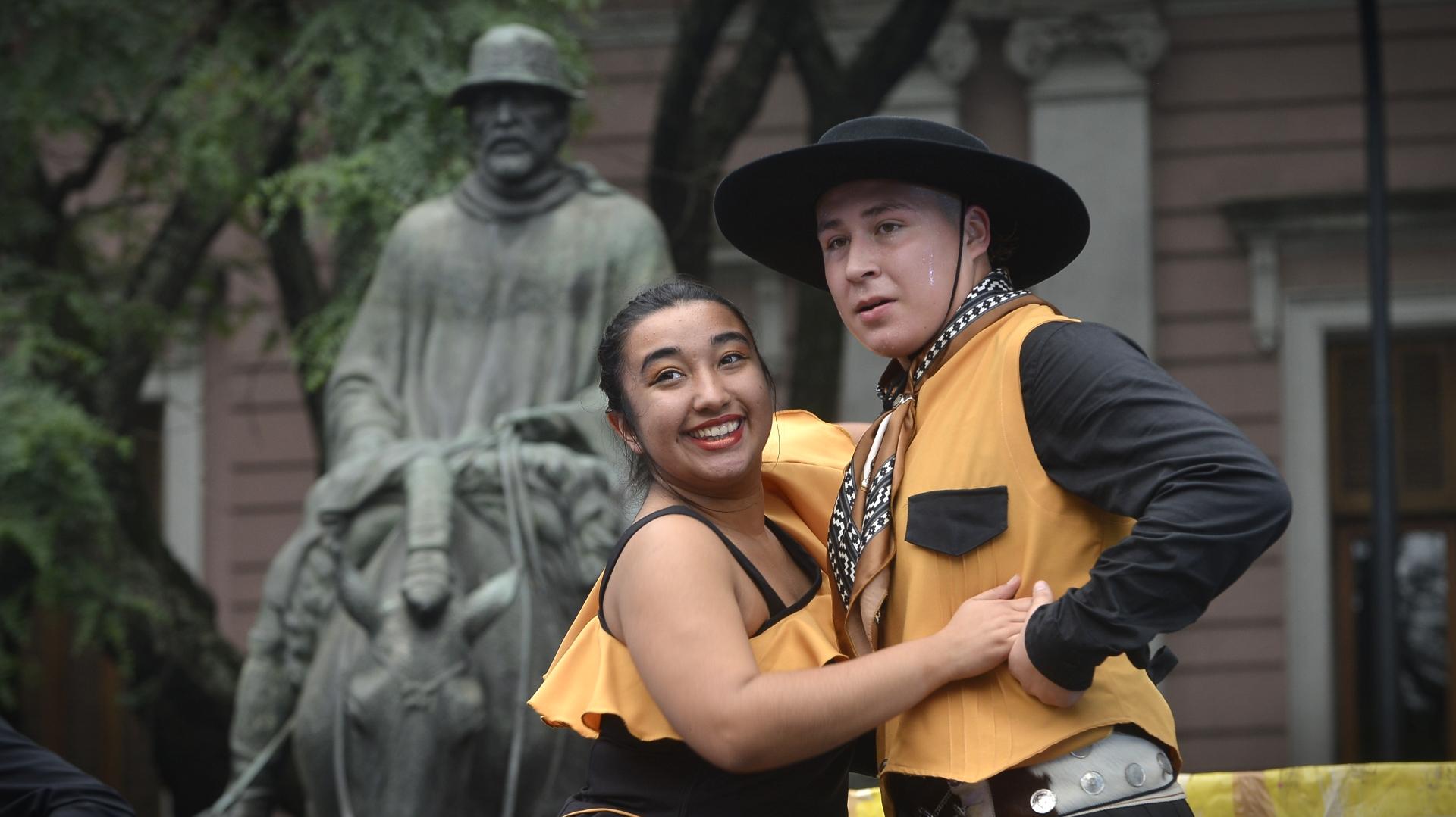 Una pareja de jóvenes que bailó en al tarde del domingo