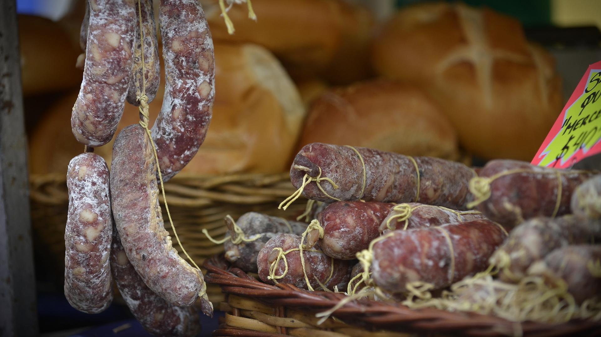 Salamines y panes caseros en uno de los puestos de la feria