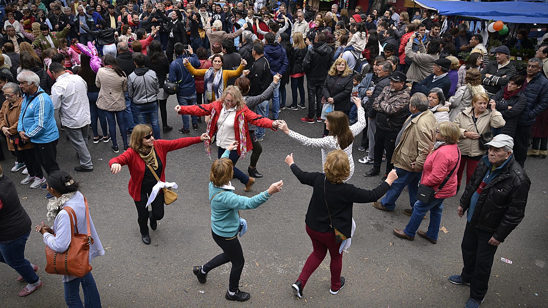 Un grupo de mujeres baila durante los festejos