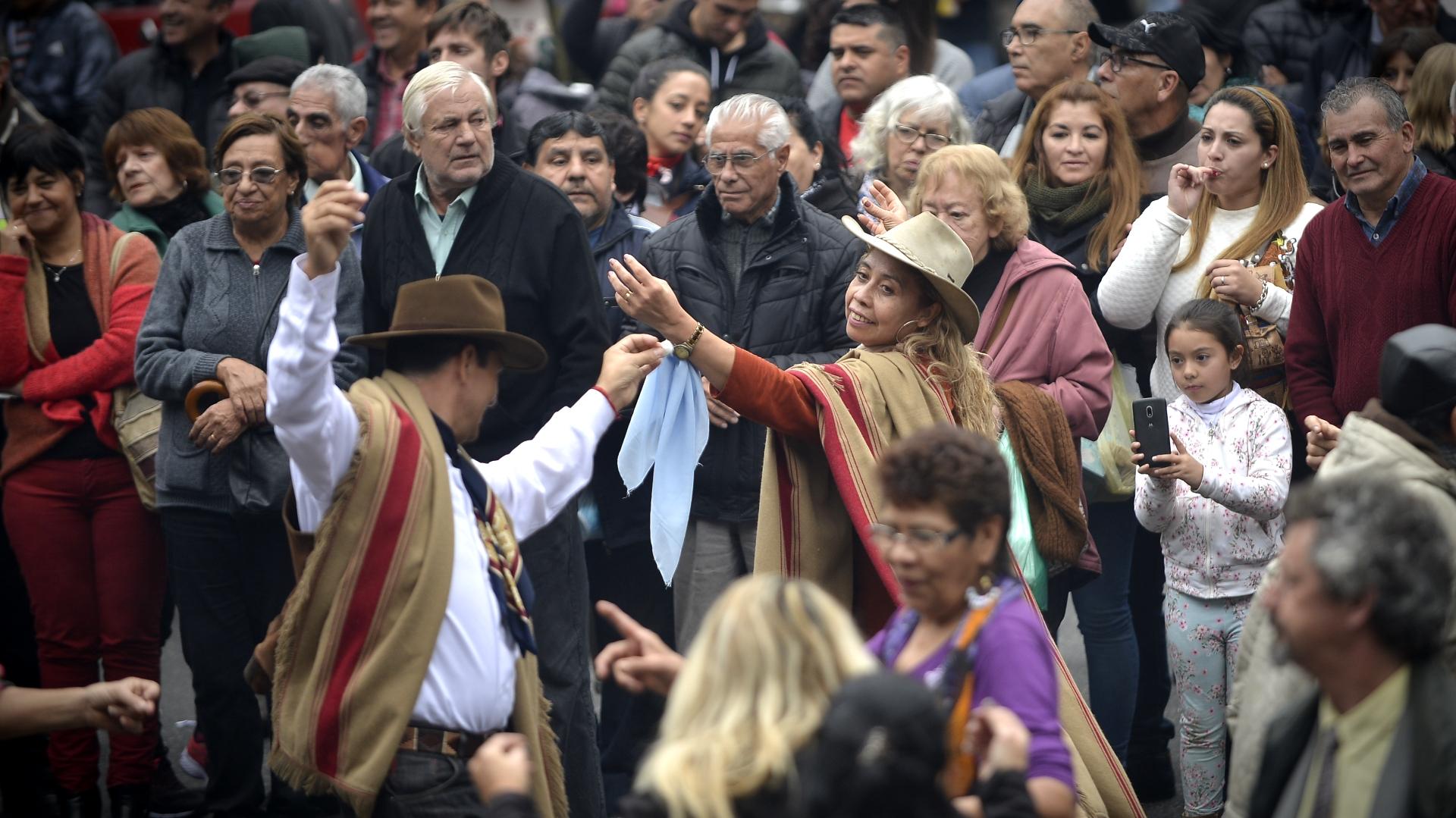 La gente bailó en diferentes lugares de la feria durante la jornada festiva