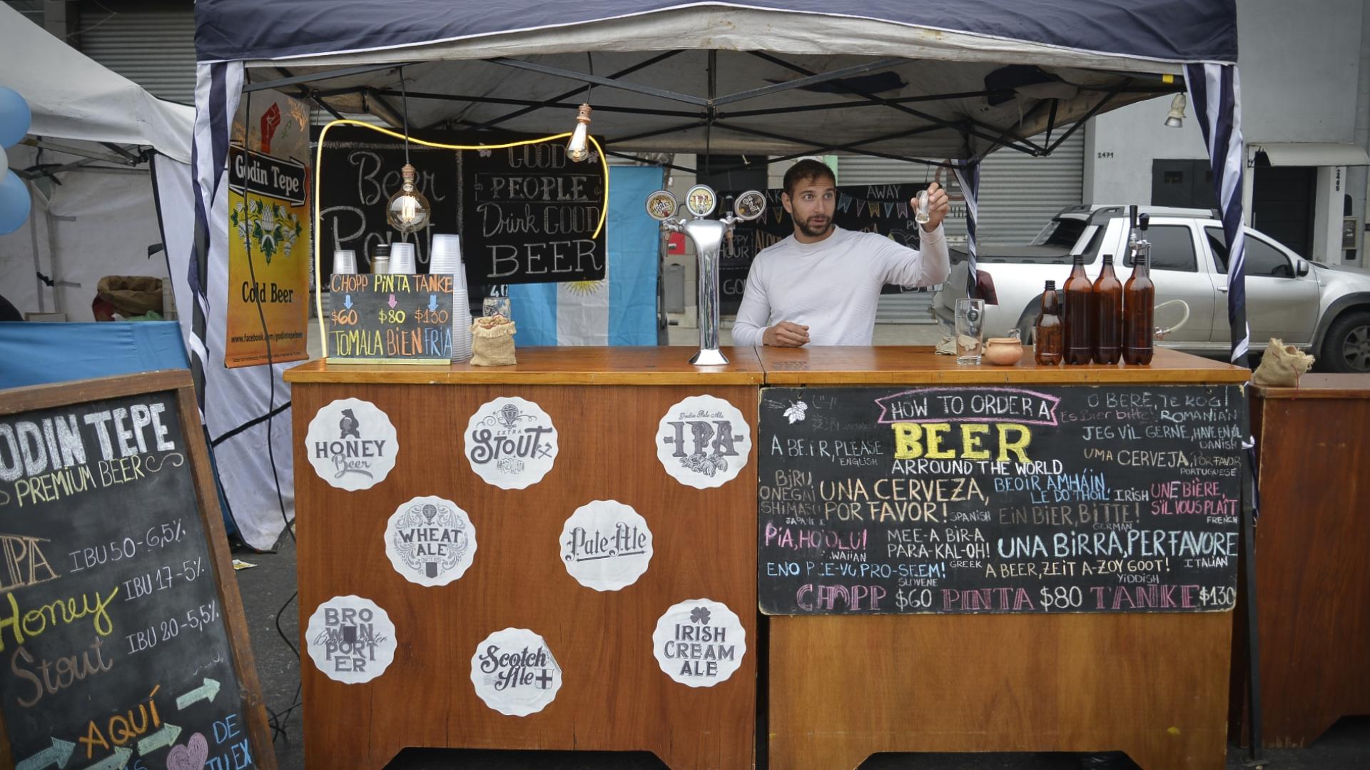 Un puesto de cerveza artesanal instalado en la feria