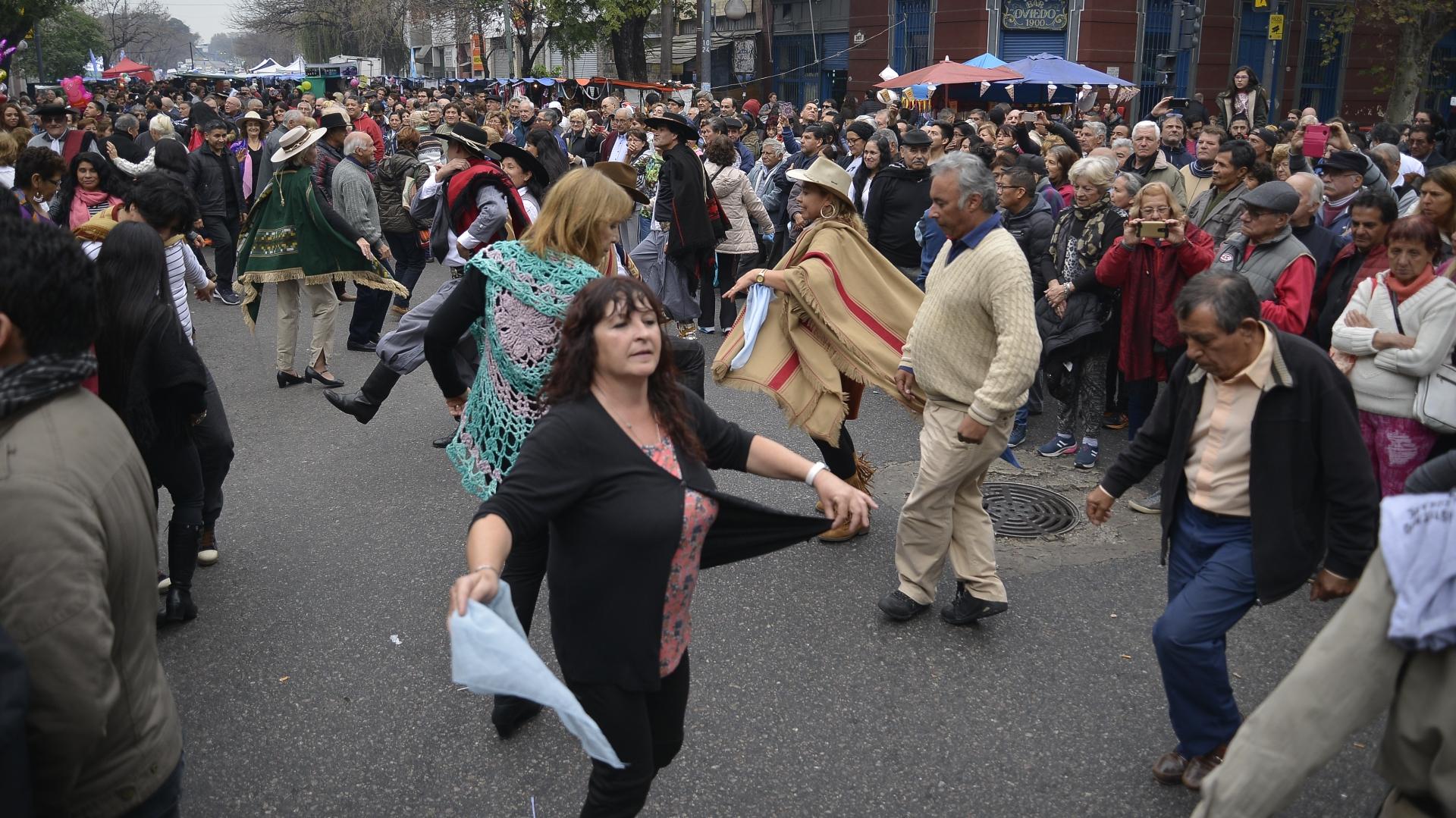 Muchos de los visitantes bailaron en la calle diferentes danzas tradicionales