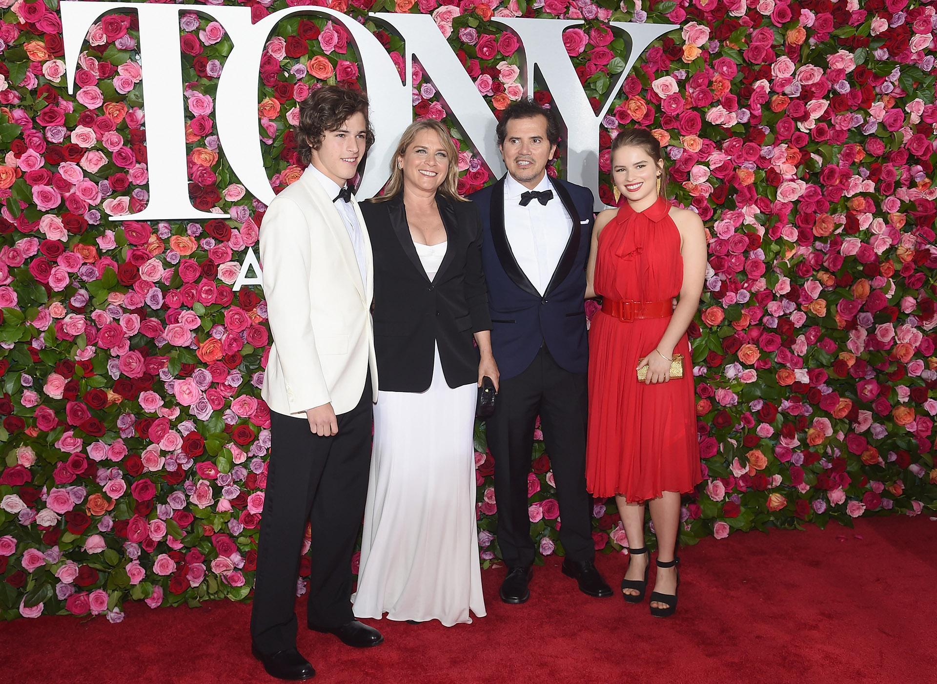 Lucas Leguizamo, Justine Maurer, John Leguizamo y Allegra Leguizamo (Jamie McCarthy/Getty Images/AFP)