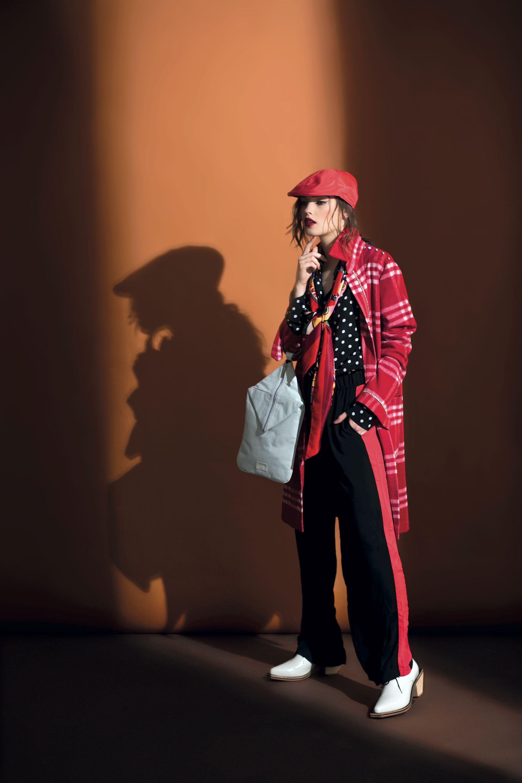 Tapado escocés (aprox. $ 6.700, Allô Martínez), camisa a lunares ($ 2.990,Las Pepas), pañuelo estampado ($ 320, Rimmel), cartera de cuero ($ 3.700, Uma), abotinados de charol ($ 6.420, Mishka) y boina de paño (Compañía de Sombreros). (Fotos: Sebastián Cid/Para Ti)