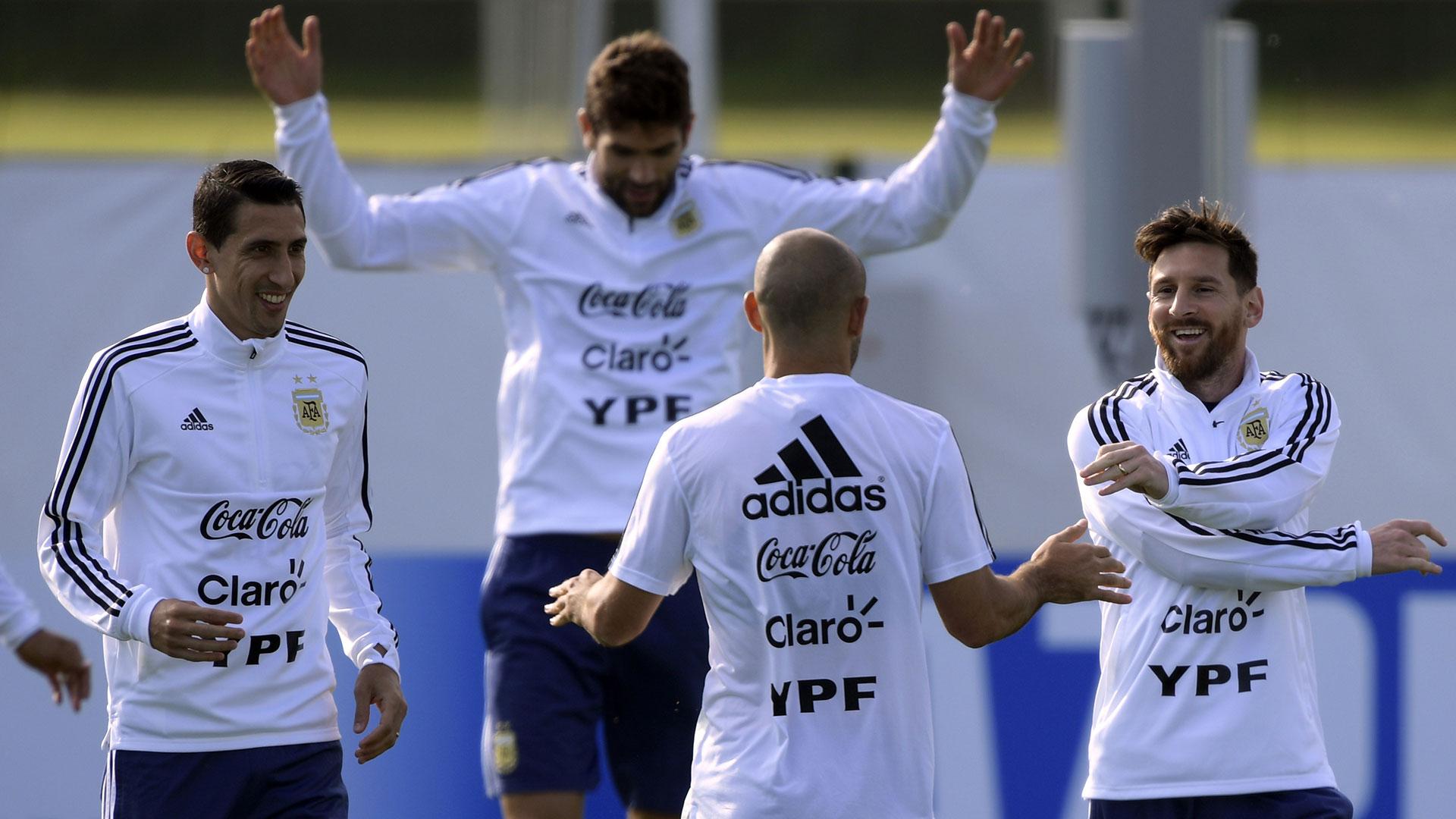 Mascherano da las indicaciones. Di María, Fazio y Messi, escuchan