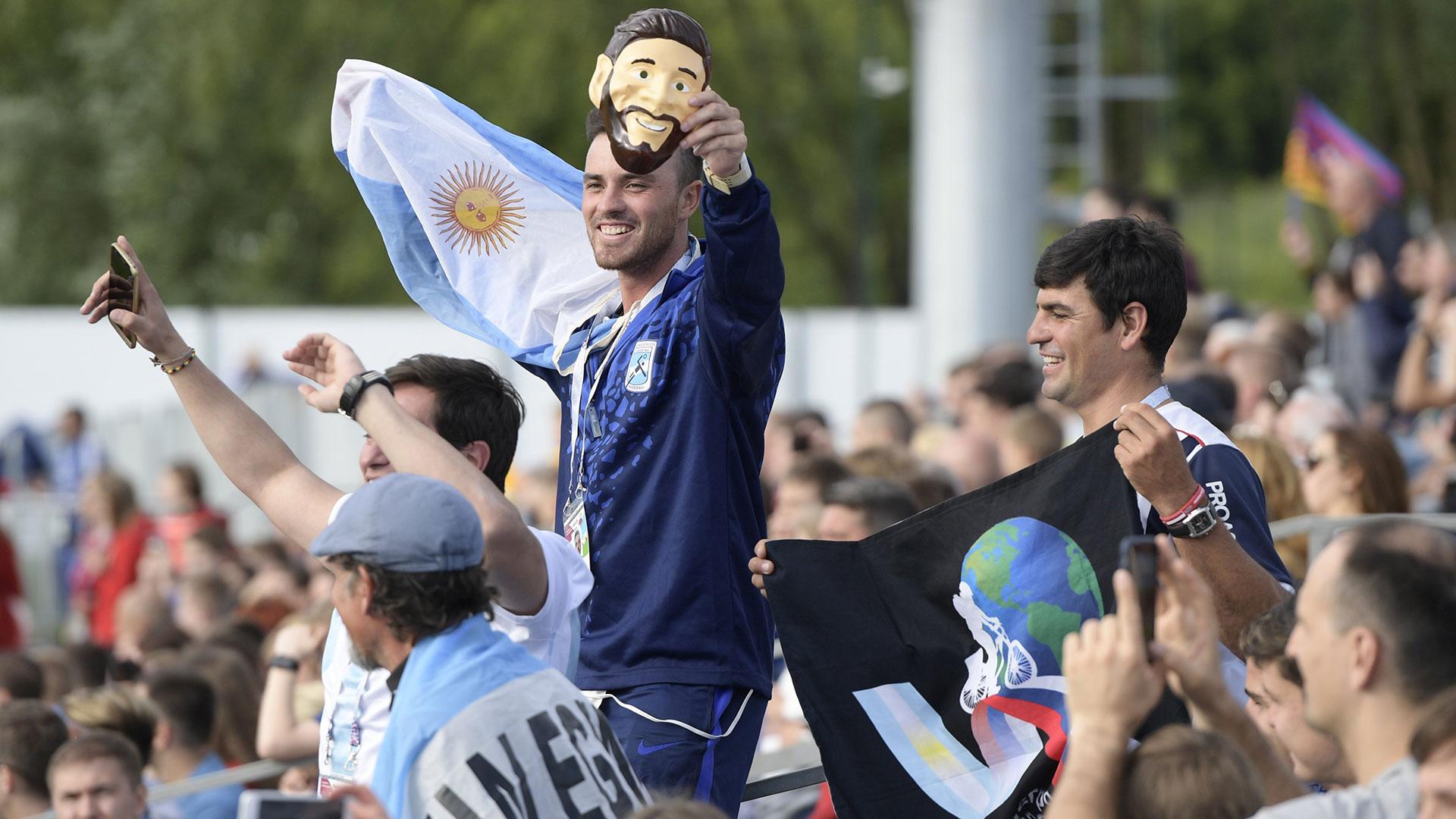 Las banderas argentinas, en el entrenamiento. Y Messi, en forma de careta (Foto: AFP)