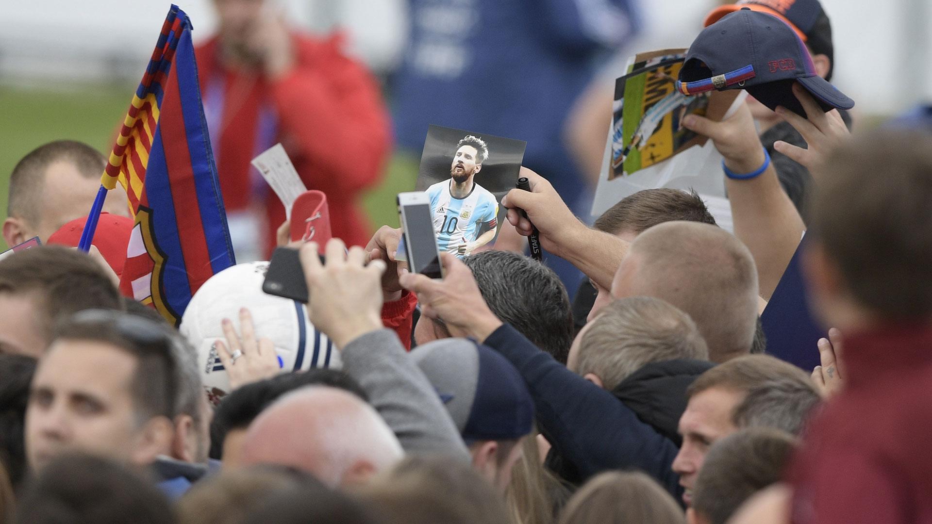 Algunos aficionados fueron preparados con la imagen de Messi para lograr su rúbrica