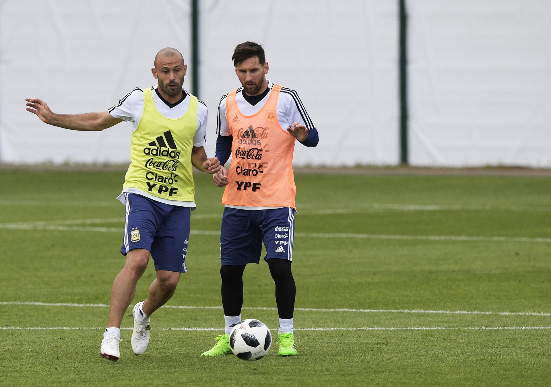 Mascherano y Messi, dos de los encargados de coordinar los ejercicios recreativos