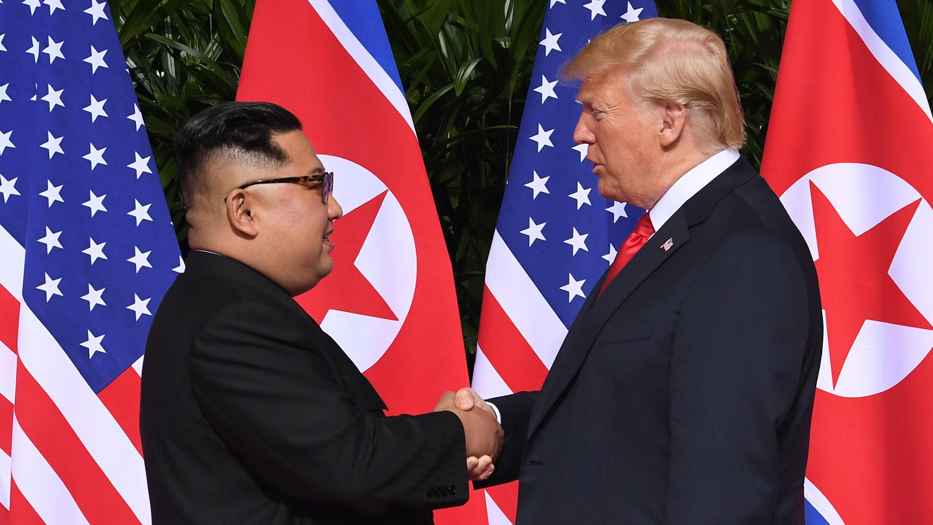 El histórico apretón de mano entre los dos líderes. (AFP)