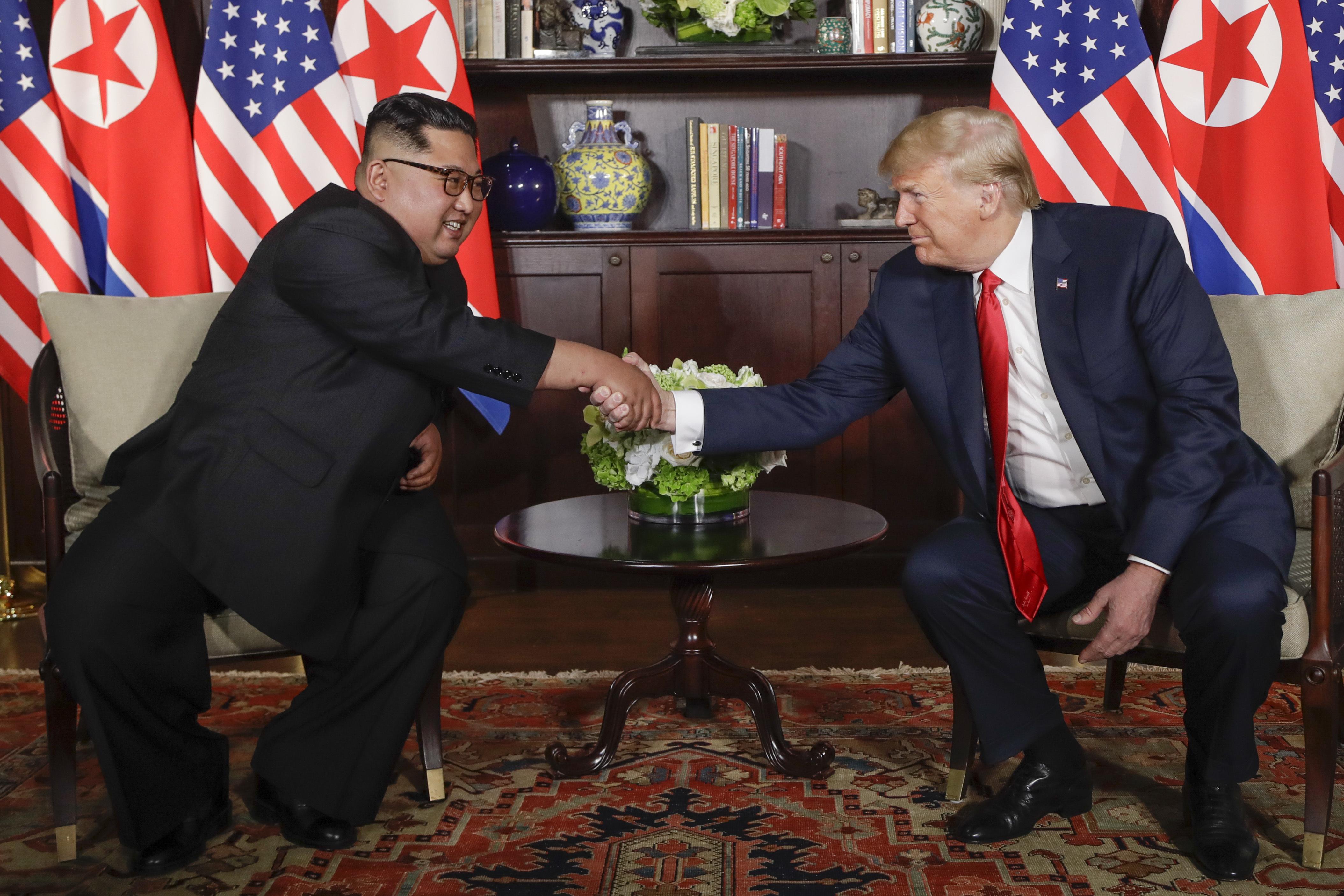 Trump y Kim Jong-un, luego de dar unas palabras a los medios de comunicación, previo a su encuentro privado. (AP Photo/Evan Vucci)