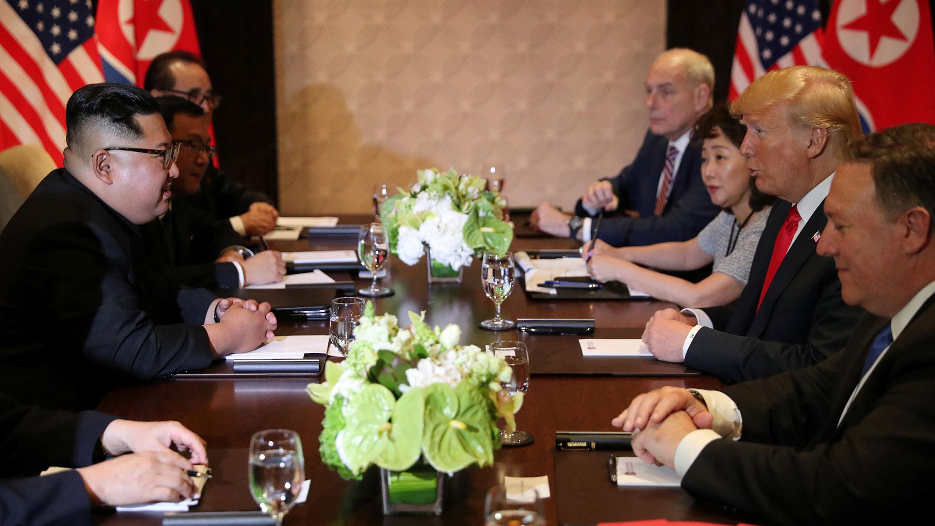 La delegación norcoreana y estadounidense, reunidas, frente a frente.