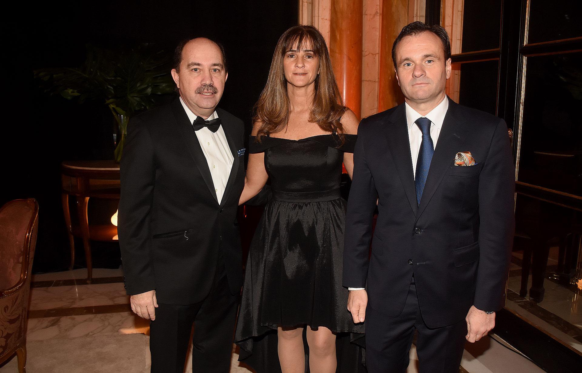 El presidente del Banco Ciudad, Javier Ortiz Batalla, su mujer Carla Musso, y el director de Relaciones Institucionales de La Rural, Juan Pablo Maglier