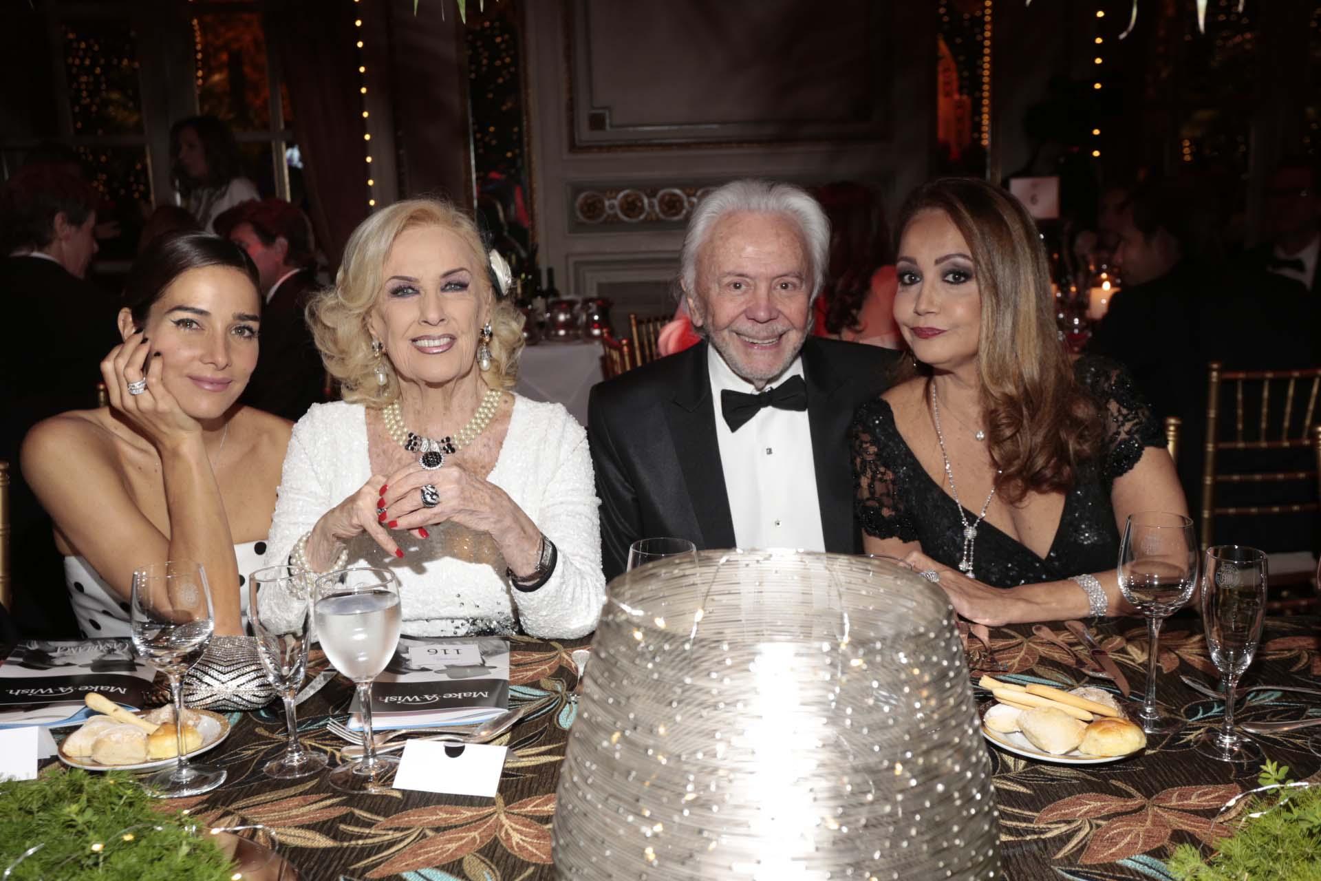Juana Viale y Mirtha Legrand junto a Guido y Mónica Parisier