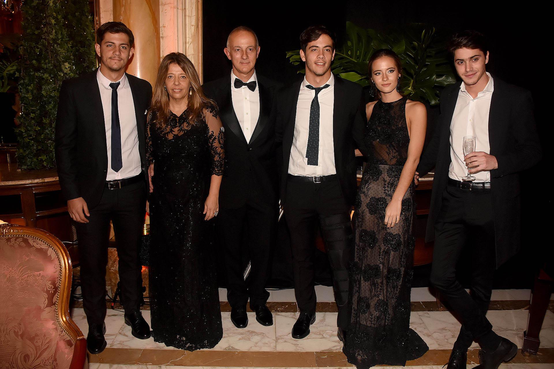 María Claudia Pedrayes con su marido, Carlos Juni; sus hijos Carlos, Marcos y Violeta, y Fran Stoessell