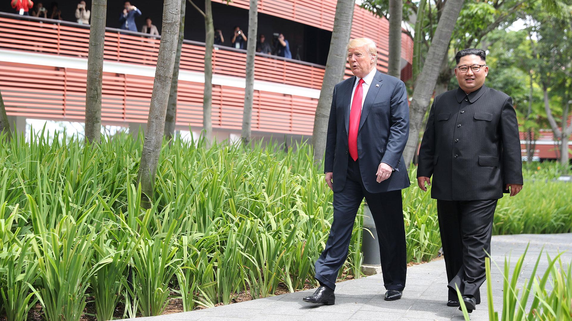 Los mandatarios caminan por los jardines del hotel asiático. (Reuters)