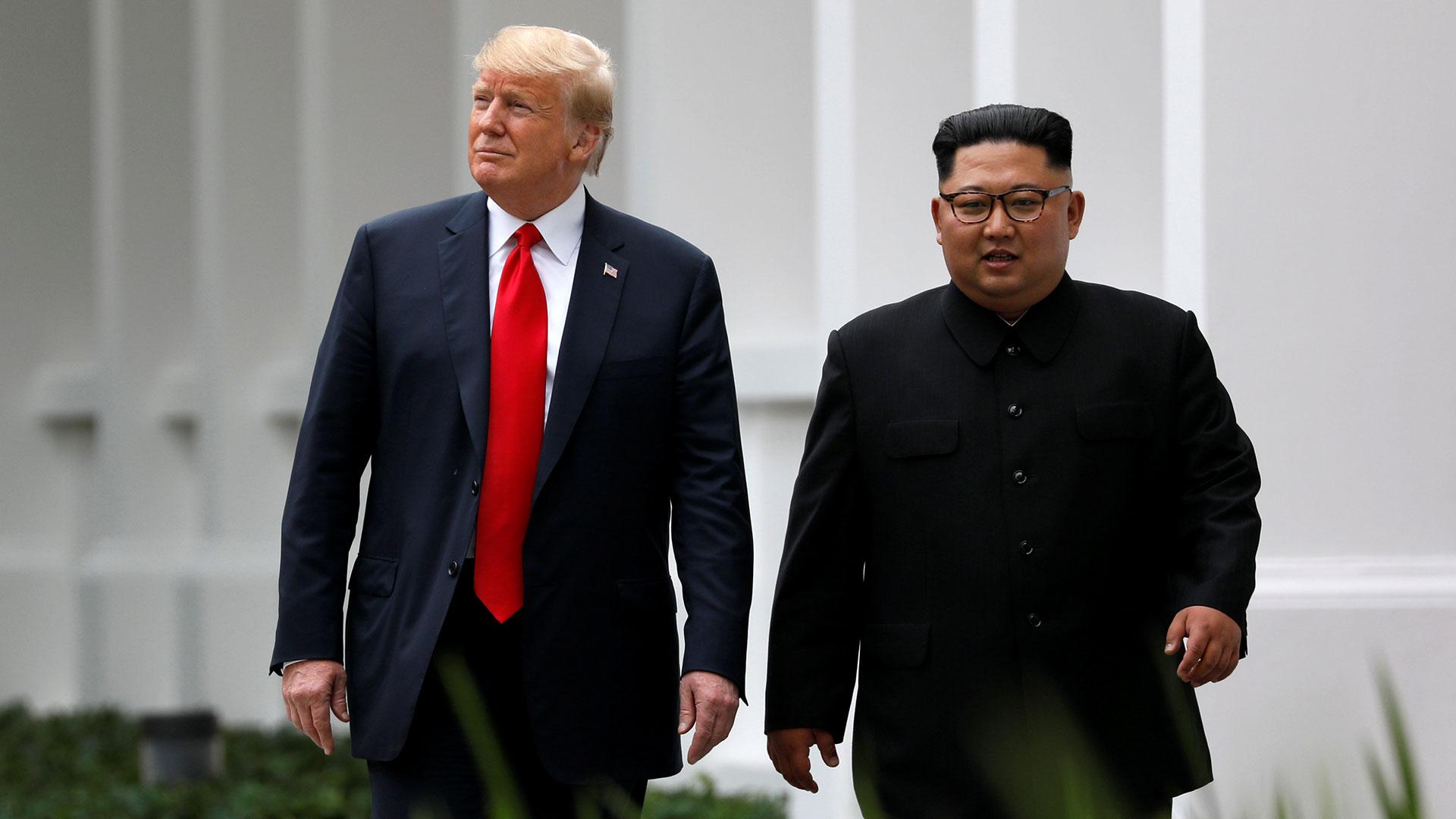 Donald Trump, presidente de Estados Unidos, junto a Kim Jong-un, líder de Corea del Norte, durante la cumbre en Singapur (Reuters)