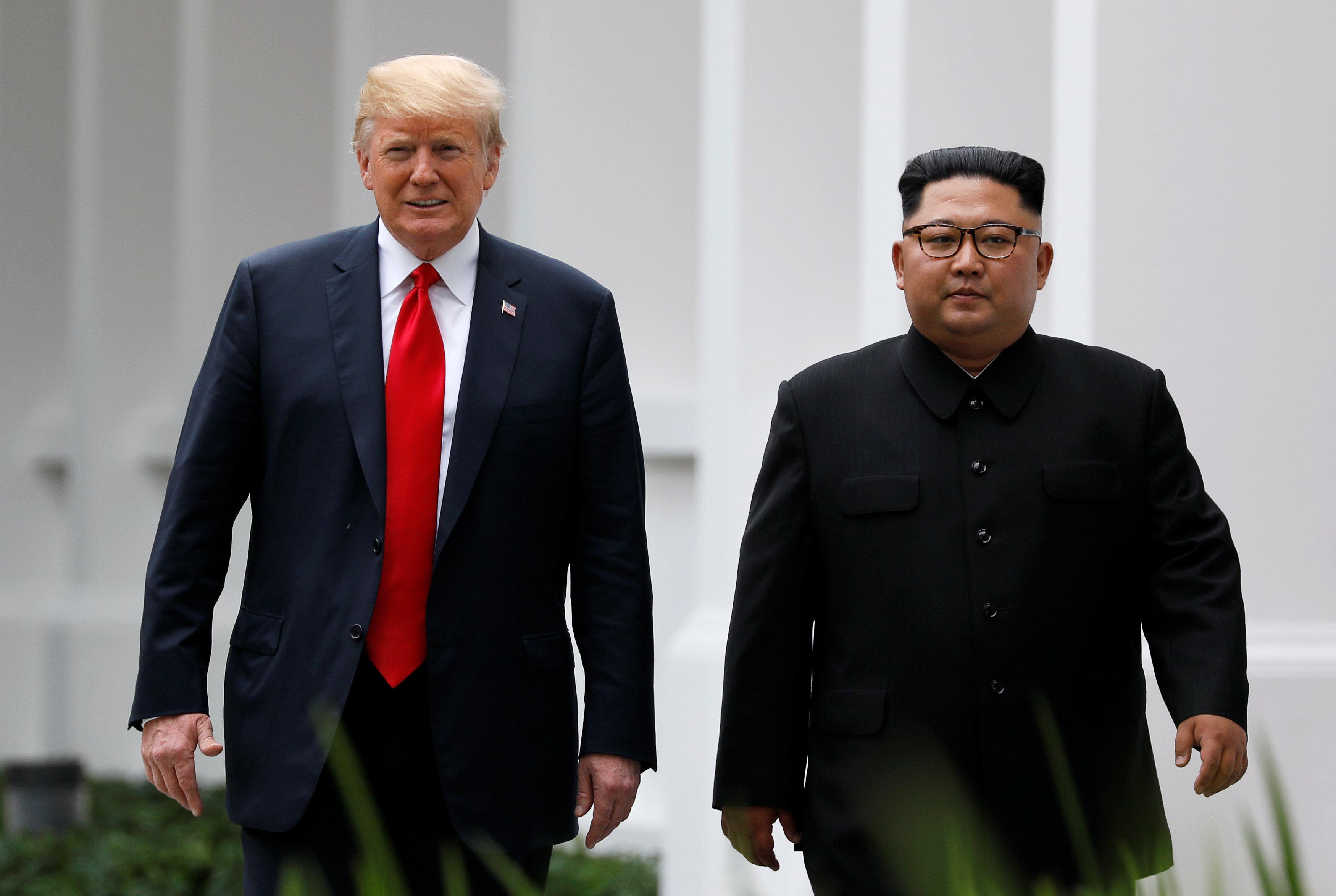 El mandatario estadounidense Donald Trump y el dictador norcoreano Kim Jong-un en la cumbre en Singapur el 12 de junio de 2018 (REUTERS/Jonathan Ernst)