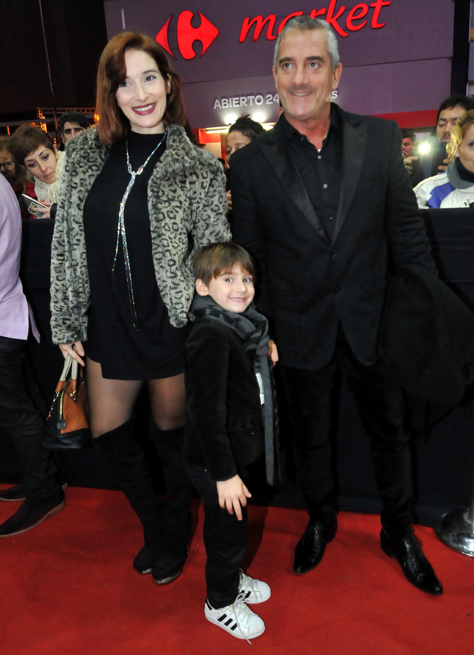 Omar Suárez, su mujer Denise Cerrone y su hijo Bautista