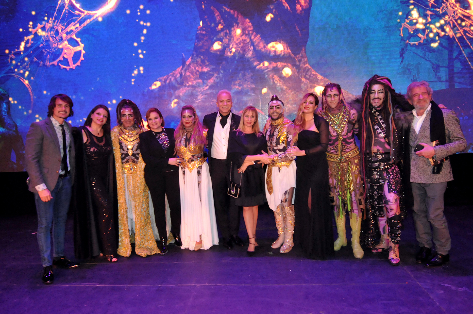 """Flavio Mendoza con algunos invitados y el elenco de """"Siddharta"""" (Teleshow)"""