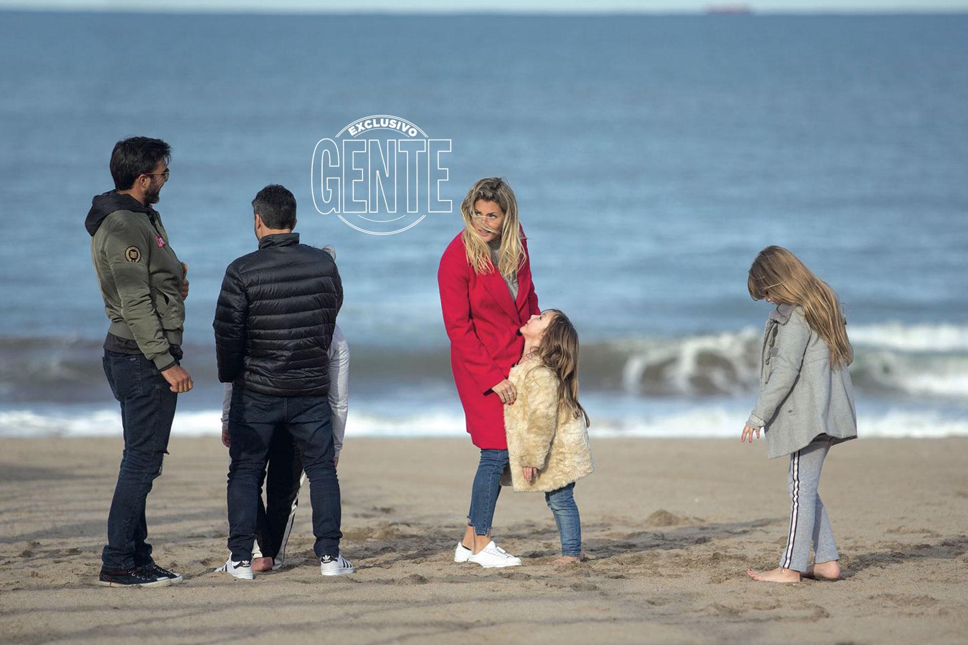 """""""Pese al frío, las nenas quisieron jugar en la playa. Fuimos, caminamos y hasta hicimos algunas piruetas en la arena"""", contó Fabián. (Foto: Christian Heit)"""