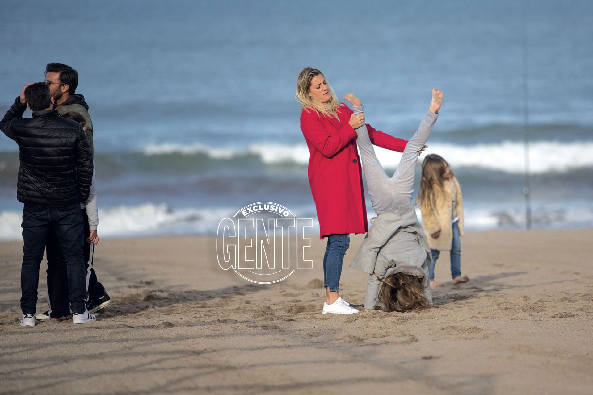 La familia de Cubero, Fabián y Mica aprovecharon para jugar en la playa. (Foto: Christian Heit)