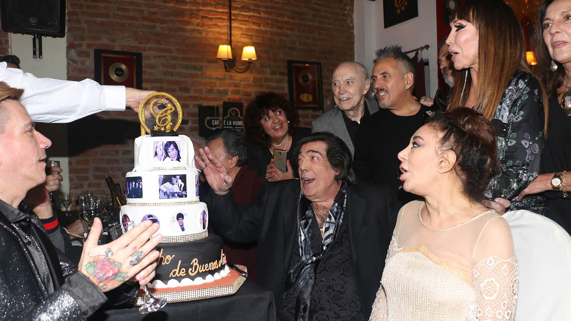 La torta de cumpleaños tenía cuatro pisos. Estaba decorada con diversas imágenes del intérprete