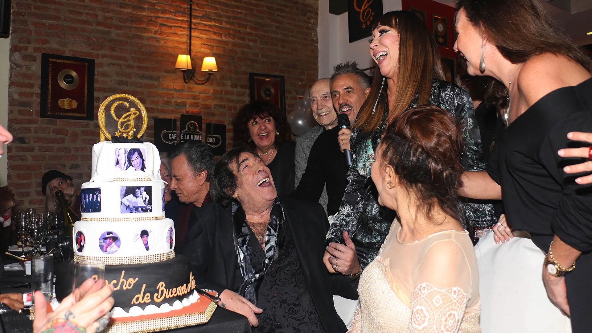 Sus amigos le cantaron el feliz cumpleaños