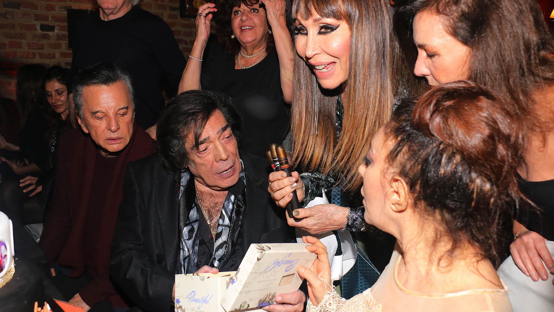 Moria le regaló unos perfumes con forma de habanos