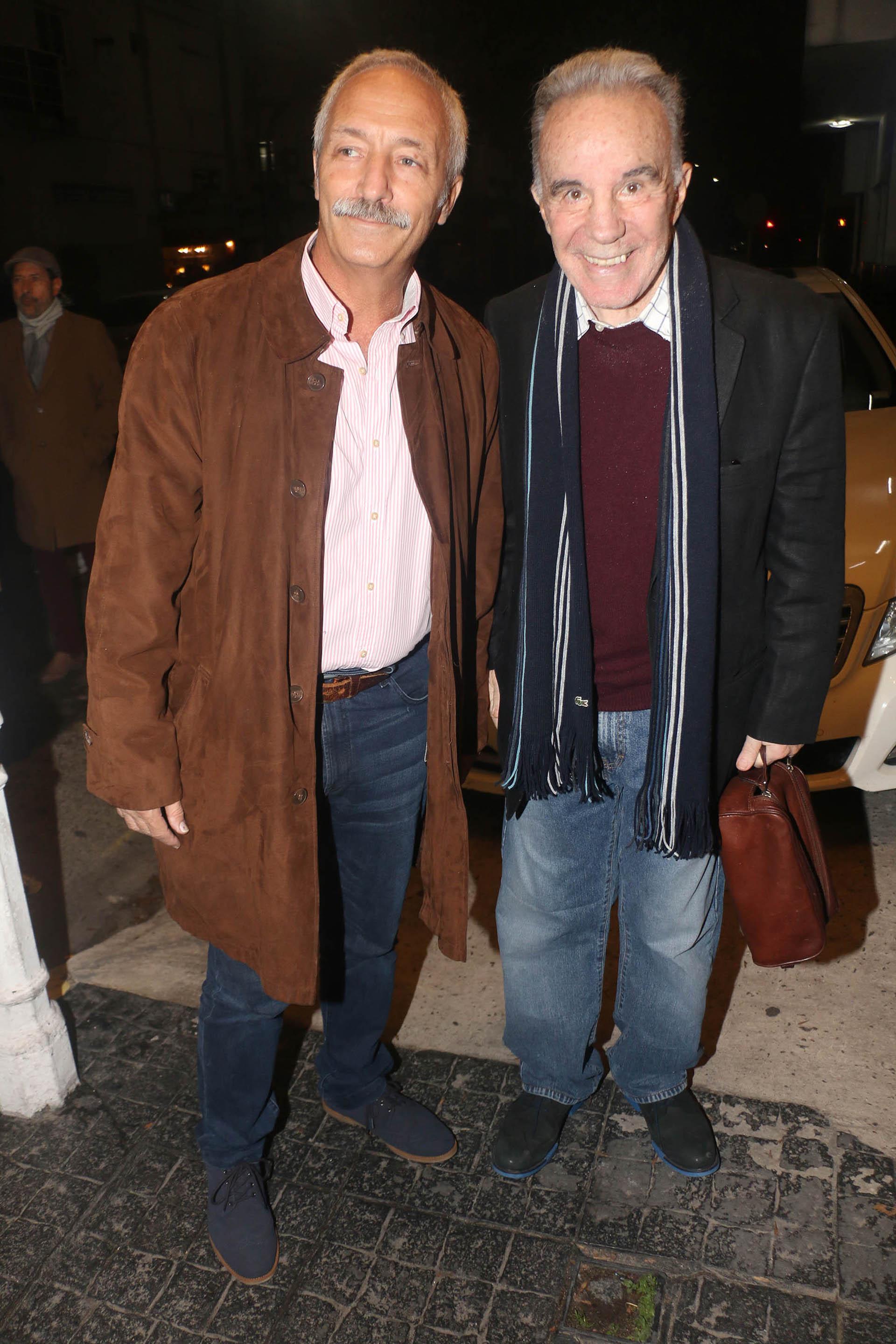 El doctor Alberto Cahe con un colega