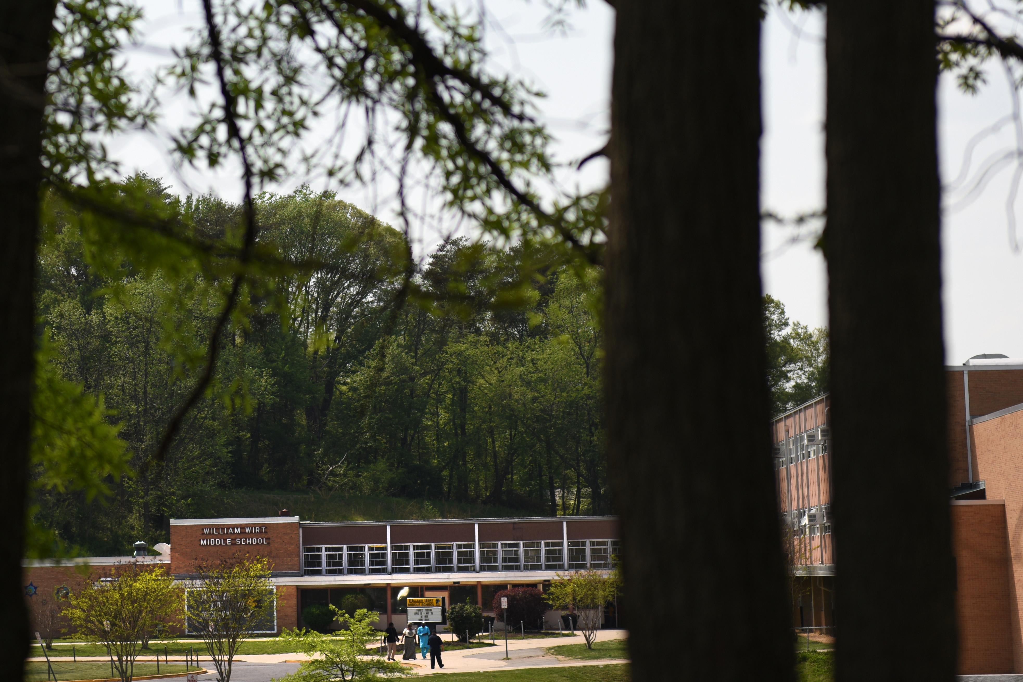 El campus de la escuela William Wirt queda cerca de un bosque donde se había visto mucha actividad pandillera en los últimos tiempos (The Washington Post / Michael Robinson Chavez)