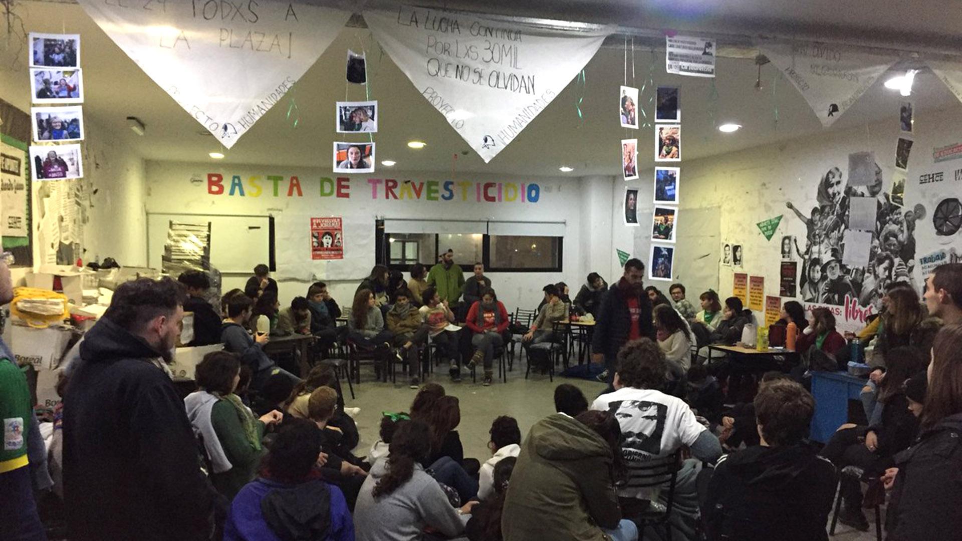 Asamblea de estudiantes en la universidad nacional de La Plata.