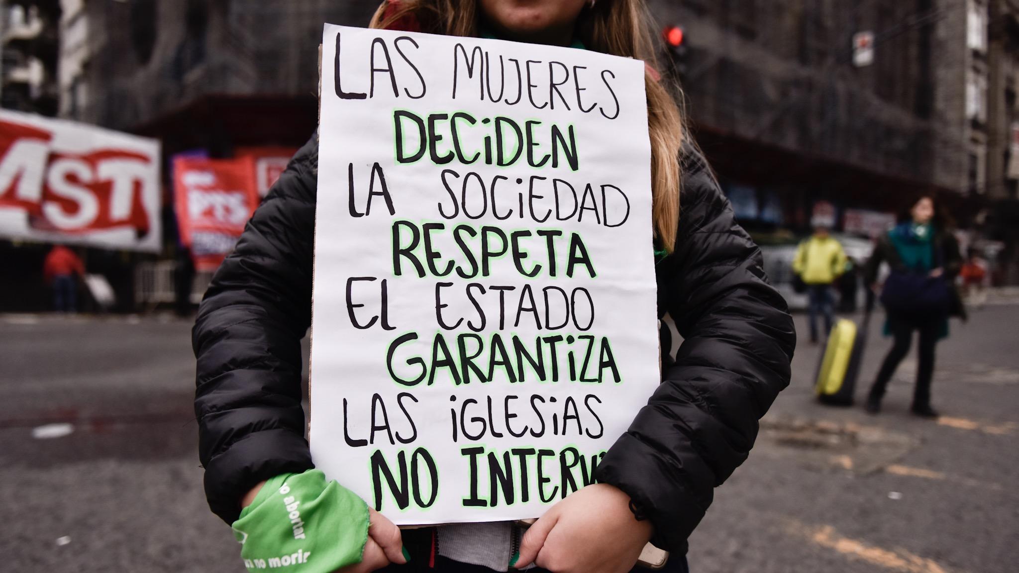 Afuera del Congreso hay manifestaciones a favor y en contra del aborto (Foto: Adrián Escandar)