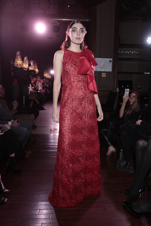 El estilo que propone el diseñador provoca una mujer memorable: grandes escotes, faldas opulentas, moños y profusos bordados en hilos de seda con el emblemático calado Richeliau